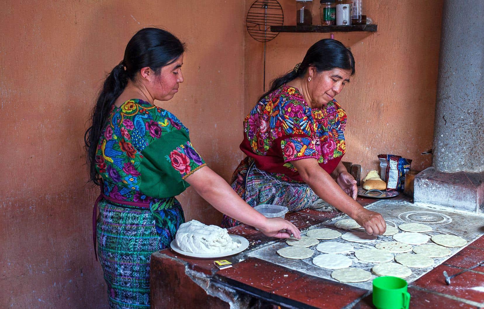 Dans le hameau Cruz de Santiago, des femmes préparent des centaines de tortillas pour une fête familiale.