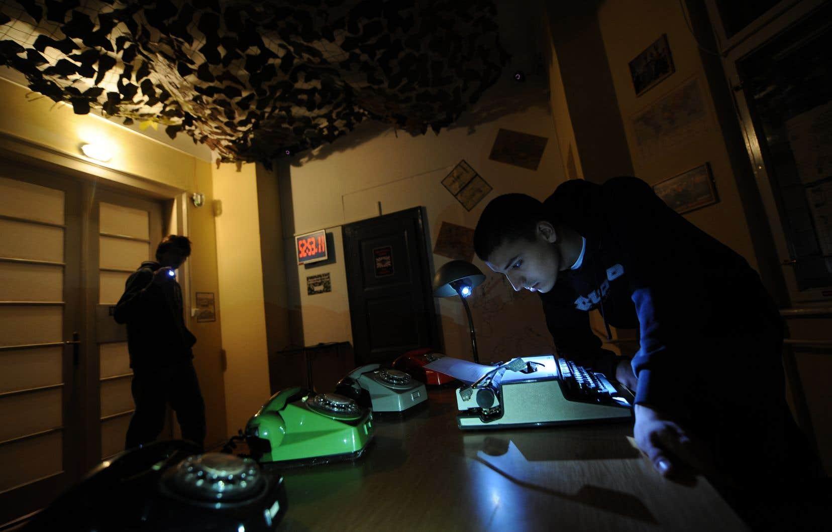 Des joueurs tentent de dénicher des indices dans une version grandeur nature du jeu d'évasion «Escape the room» à Novi Sad,en Serbie.