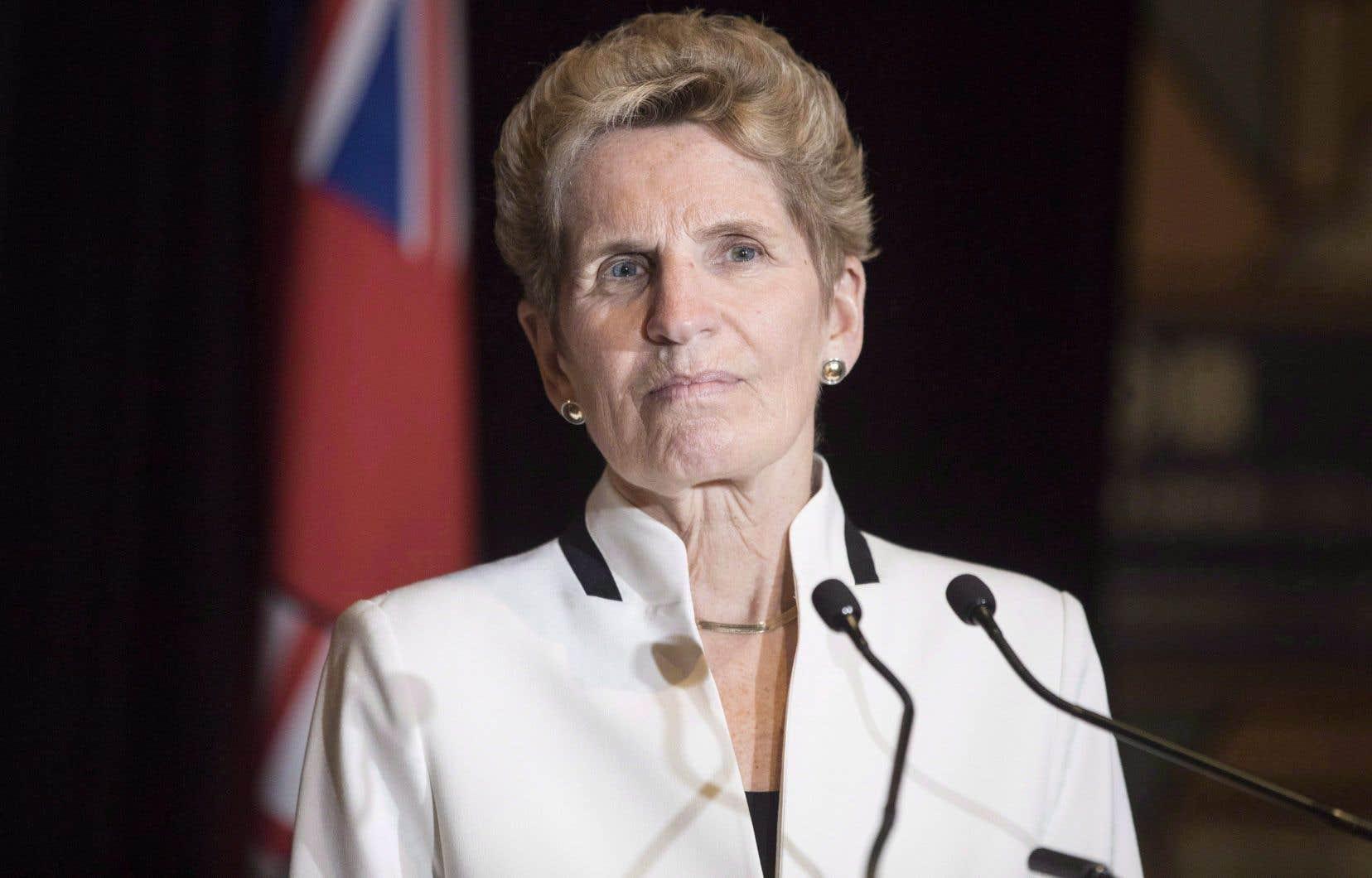 La première ministre de l'Ontario, Kathleen Wynne, exhorte Tim Hortons à s'en prendre à elle plutôt qu'aux employés.