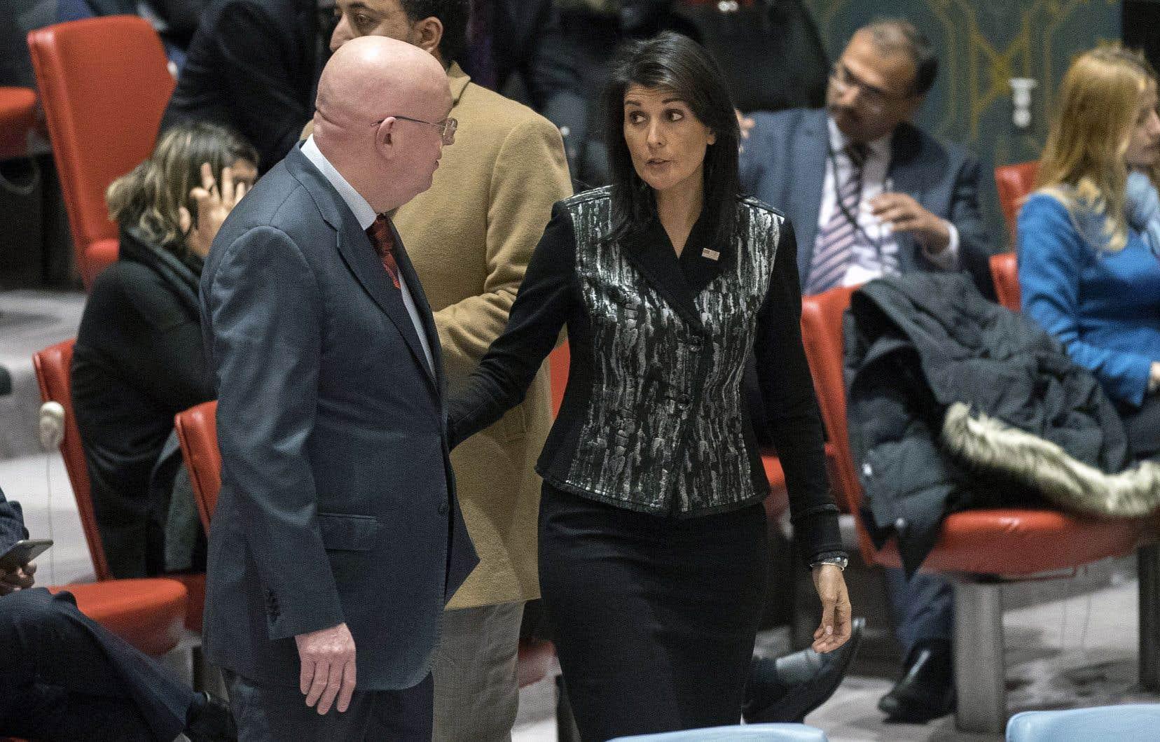 Les ambassadeurs russe et américain, Vassily Nebenzia et Nikki Haley, ont échangé vendredi quelques propos à l'occasion d'une réunion controversée du Conseil de sécurité des Nations unies.