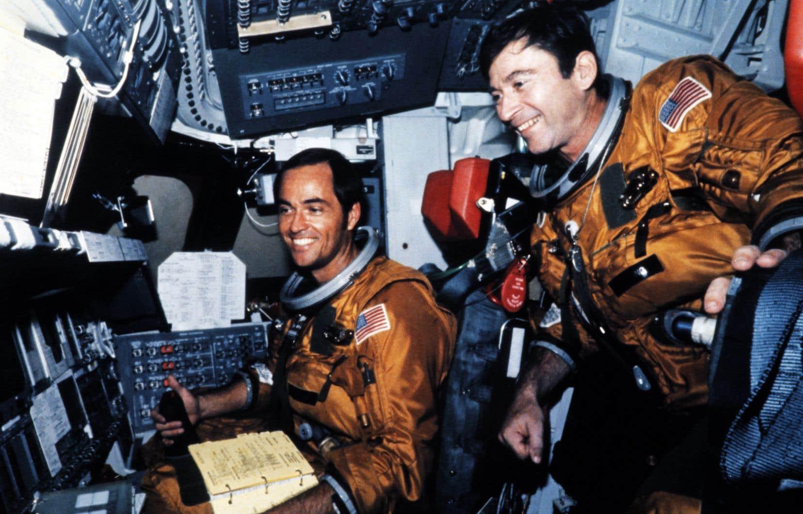 Les astronautes américains Robert Crippen (à gauche) et John Young (à droite) sur cette photo prise le 11 avril 1981.