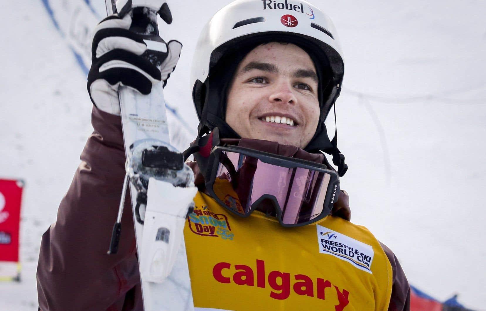 En remportant la médaille d'or en bosses à la Coupe du monde de ski acrobatique de Calgary, Mikaël Kingsbury a porté à 11 sa série record de victoires consécutives.