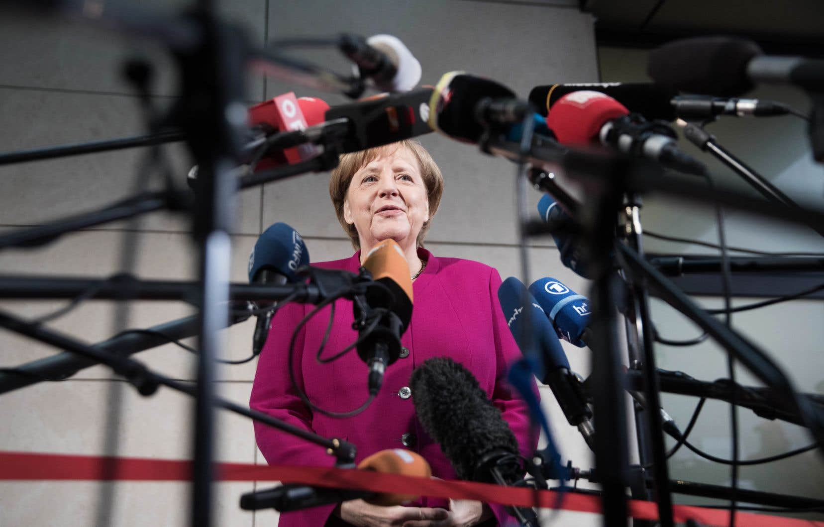 La chancelière allemande Angela Merkel s'est dite «optimiste» dimanche sur les chances de pouvoir former un gouvernement en Allemagne.