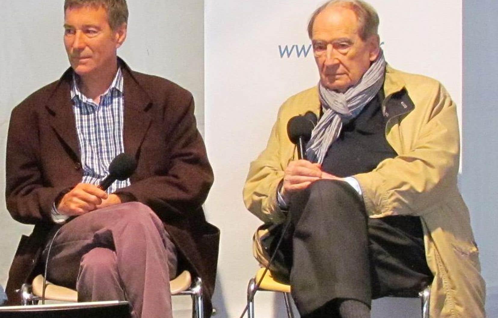 Olivier Merle (gauche) et son éditeur Bernard de Fallois à la remise du prix Charles Exbrayat à laFête du livre de Saint Etienne en 2013.