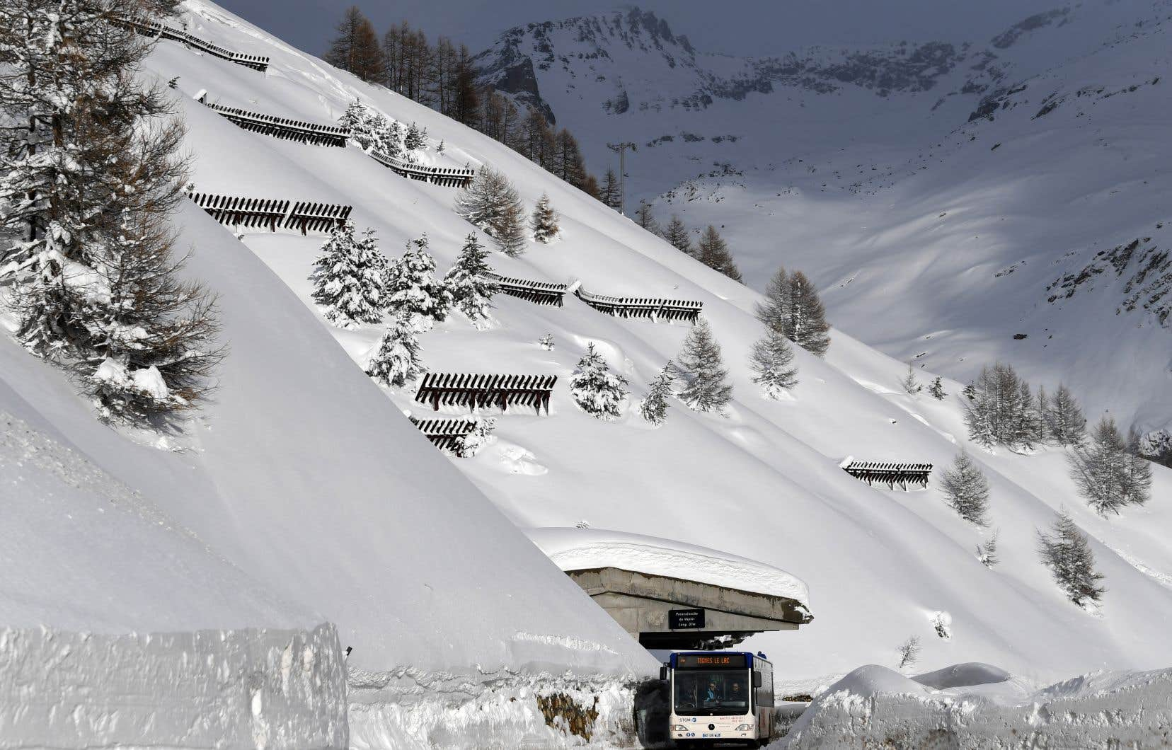 L'accès aux stations françaises de Tignes et Val-d'Isère a rouvert mardi, mais les déplacements à pied sont encore interdits dans certaines zones, car le risque d'avalanche demeure.