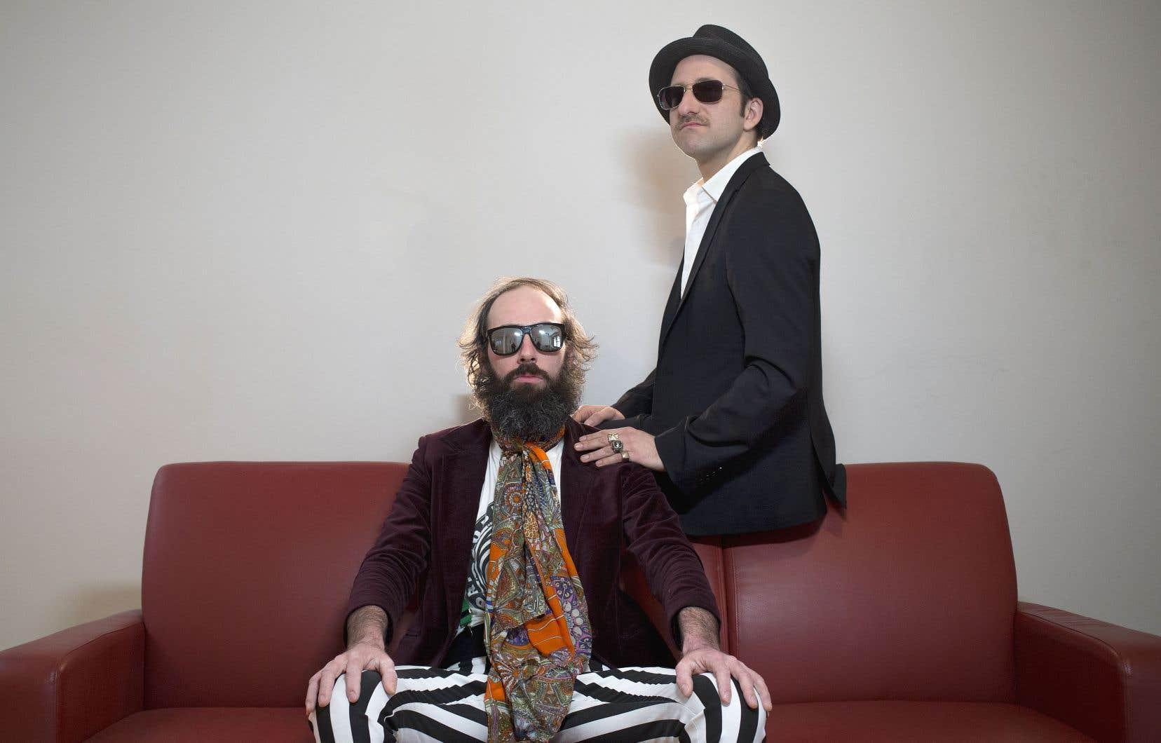 Avec ses personnages de rock stars décadentes, le duo Sèxe Illégal flirte sans cesse avec la limite séparant le bon goût de son contraire et rappelle, par le fait même, que la vulgarité est en ce monde d'abord l'affaire des puissants.
