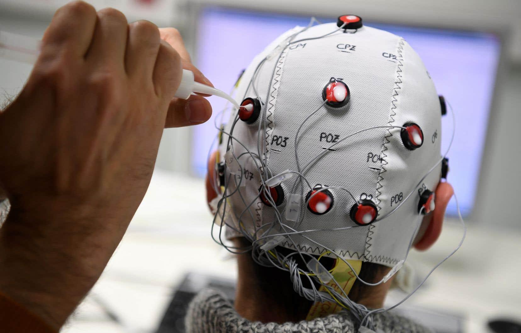 Depuis les années 1990, le fait d'introduire sous le crâne de minuscules électrodes, puis d'envoyer un courant d'une centaine de hertz, s'est avéré efficace contre les tremblements, la maladie de Parkinson et la dystonie.