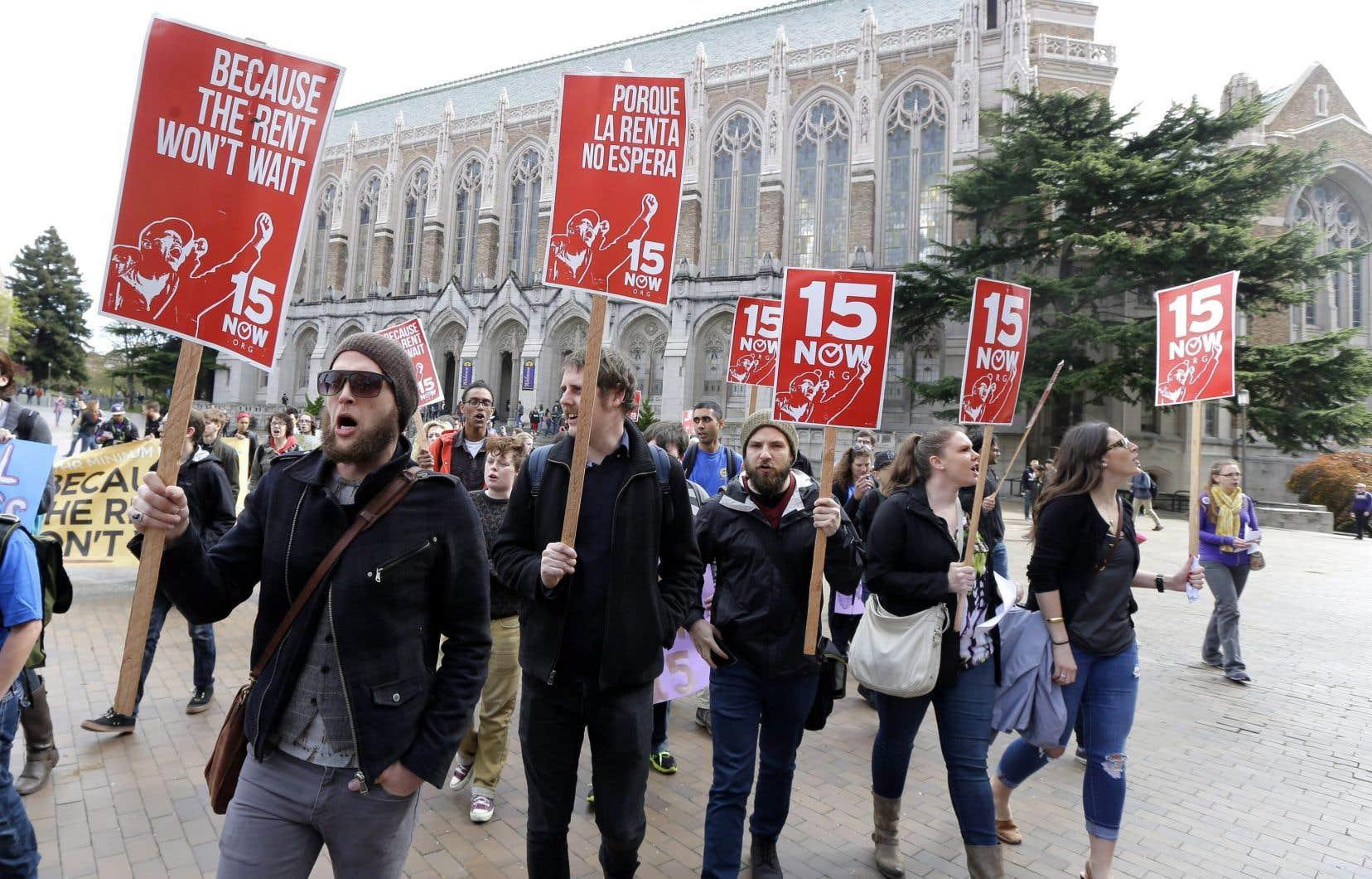 Des étudiants manifestent à l'Université de Washington, à Seattle, le 1er avril 2015, pour demander l'augmentation à 15$ de l'heure du salaire des employés du campus.