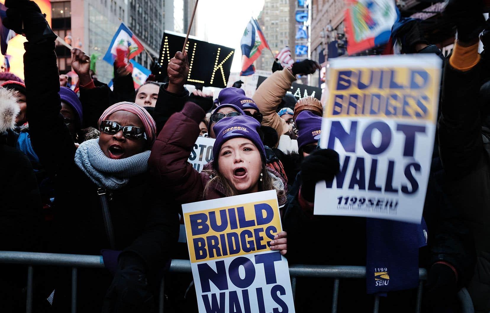 Des centaines de personnes ont manifesté contre le racisme à Times Square, lundi, pendant la journée Martin Luther King.