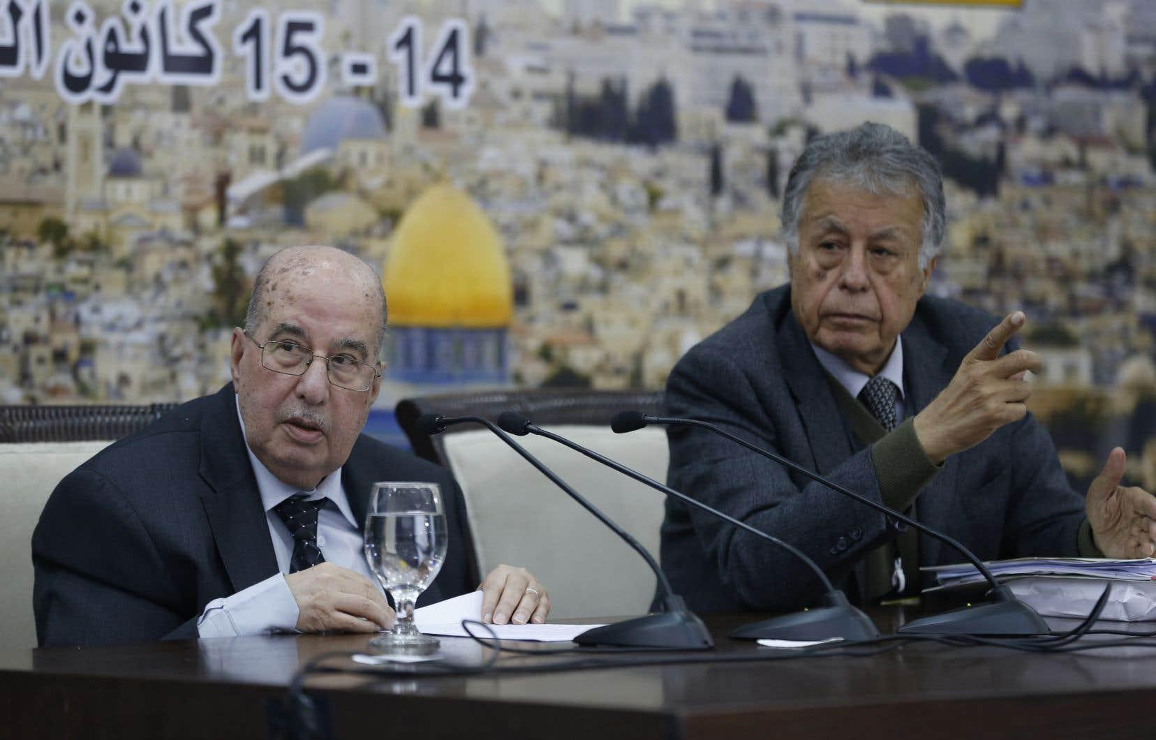 Leprésident du conseil central de l'OLP,Salim Zaanoun (à gauche), lit une déclaration à la fin d'une réunion, lundi.