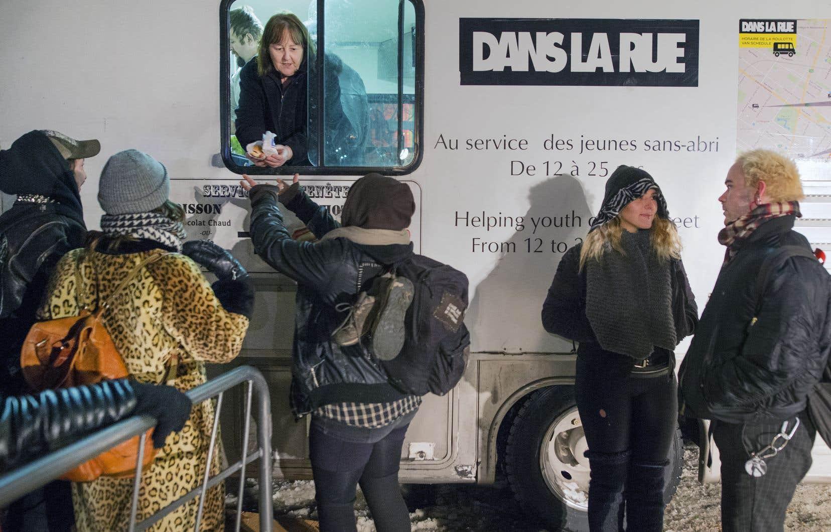 La roulotte de l'organisme «Dans la rue» était sur place pour offrir hot-dogs et boissons chaudes.