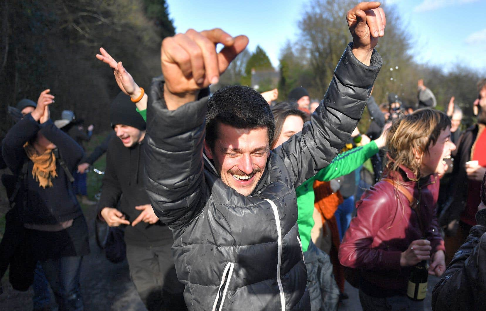 Des militants célèbrent leur victoire à la ZAD après l'annonce du gouvernement de renoncer au projet d'aéroport.