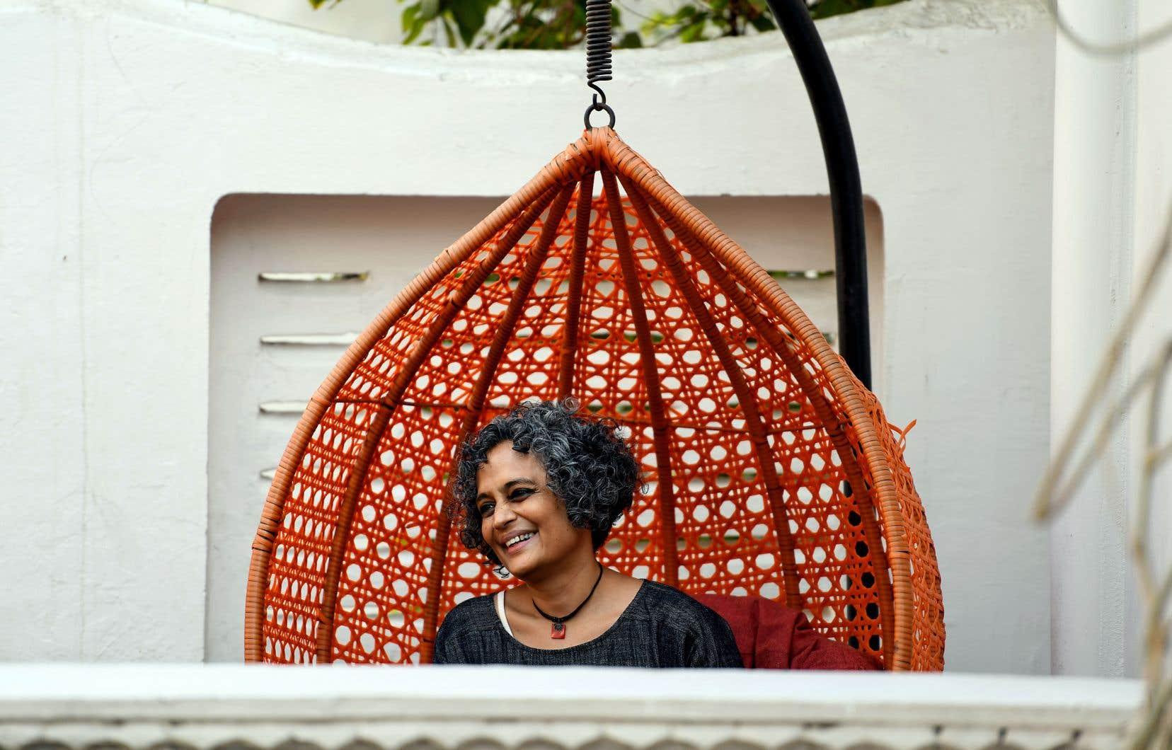 Avec ses talents de magicienne et de conteuse, Arundhati Roy déroule une véritable courtepointe d'histoires et de digressions.