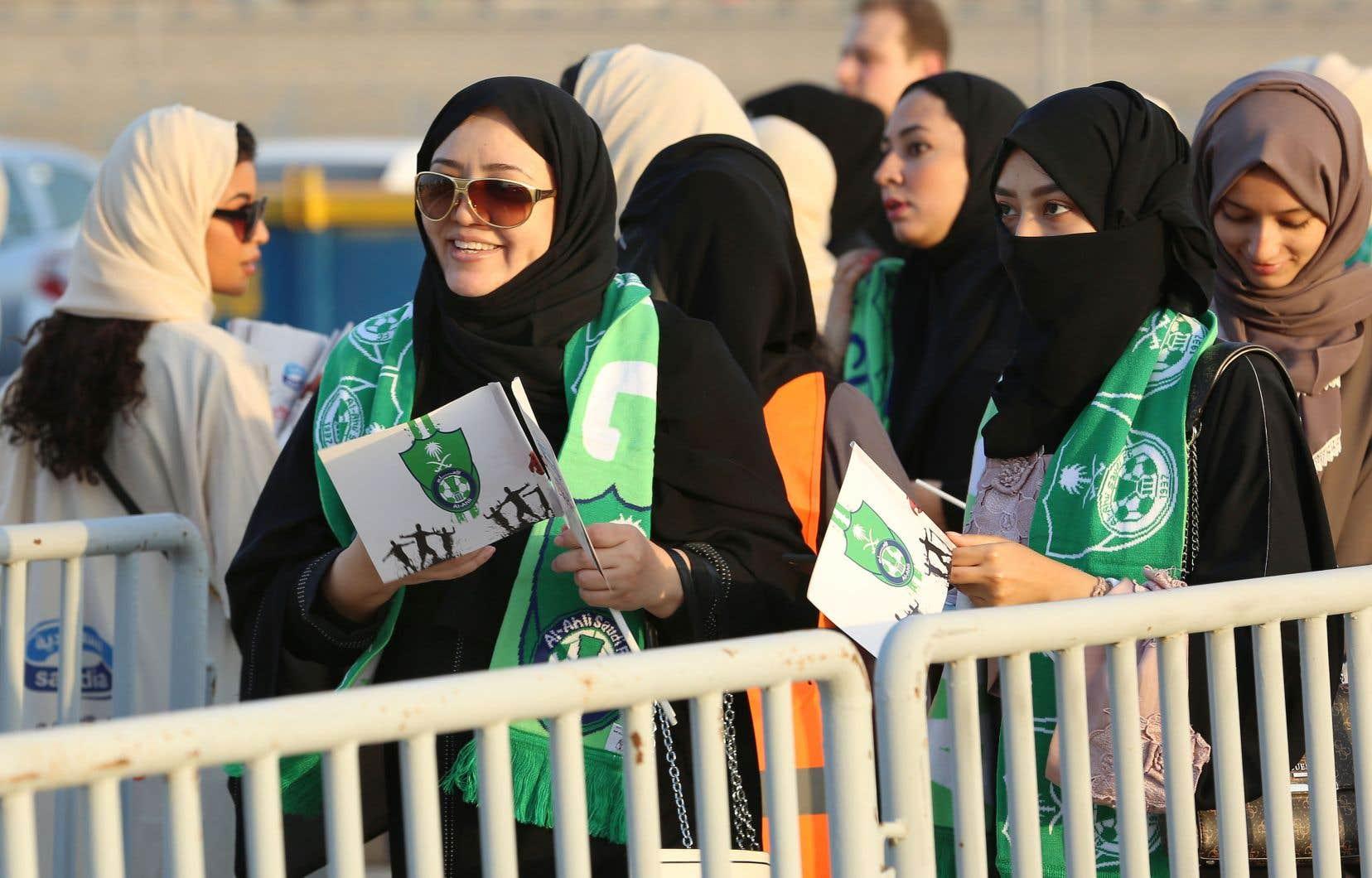 Des Saoudiennes font la file pour assister à une joute de soccer au stade Roi-Abdallah, dans la ville de Jeddah, le 12janvier.