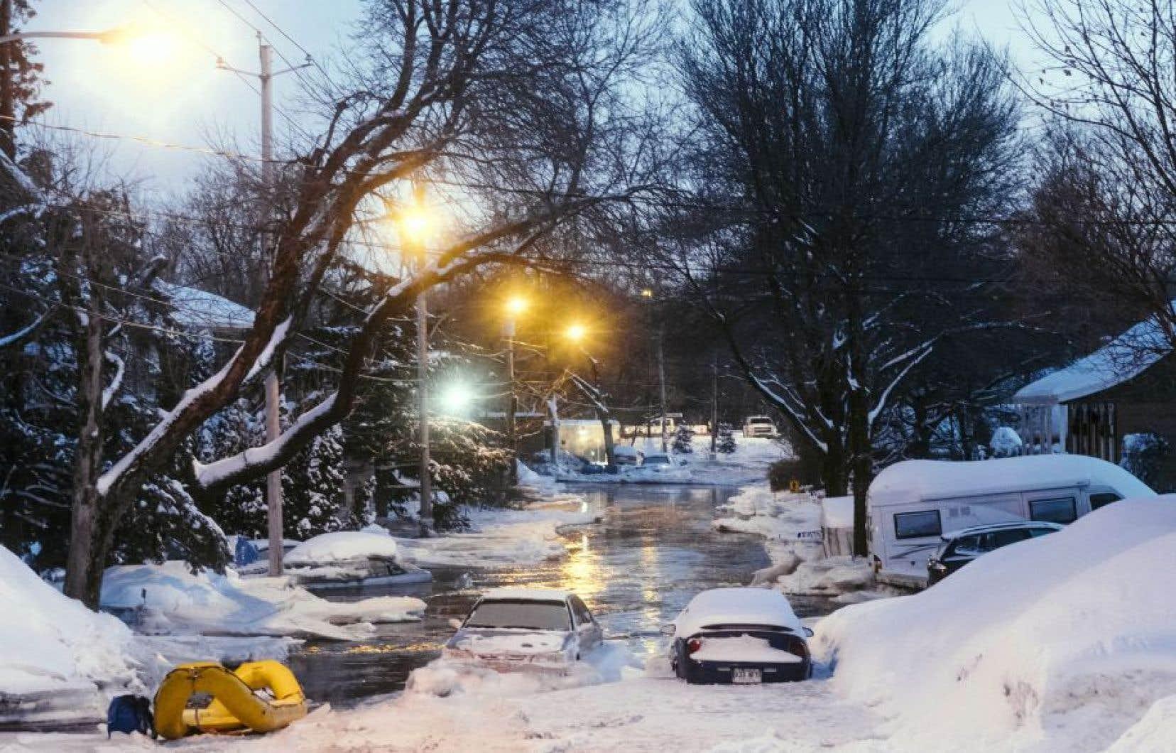 Des rues du quartier Duberger-Les Saules, à Québec, ont été noyées en raison d'un embâcle qui s'est formé sur la rivière Saint-Charles.<br />