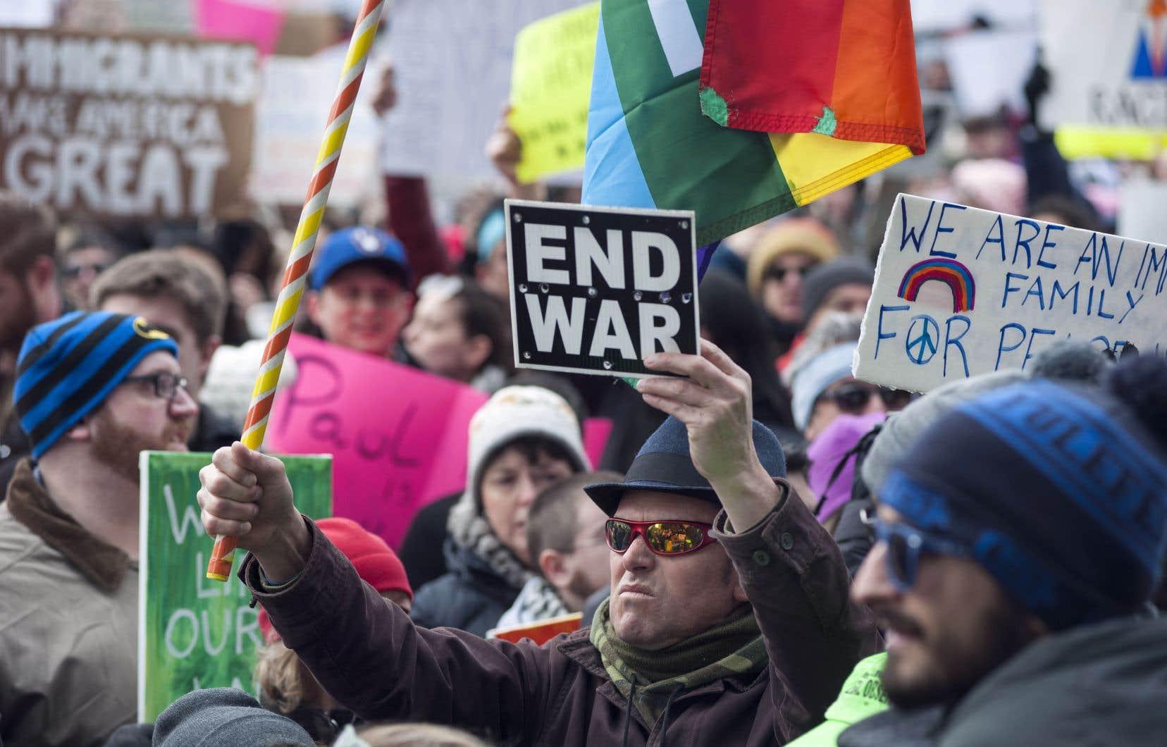 La scène internationale est dichotomique: les éléments favorables à la paix sont appariés à des éléments qui la menacent, croit l'auteur.