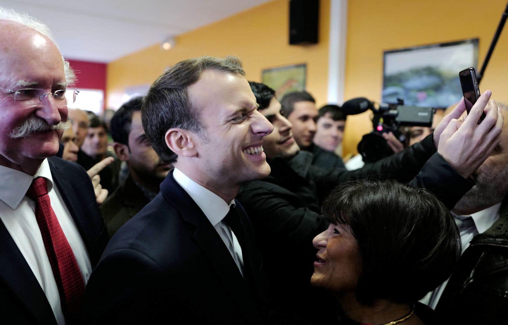 Mardi, Emmanuel Macron a visité un centre d'hébergement pour migrants à Croisilles, dans le Pas-de-Calais, où il a rencontré des résidents et des bénévoles. Le président devra bientôt défendre sa future loi sur l'immigration, qui pourrait être déposée en avril.