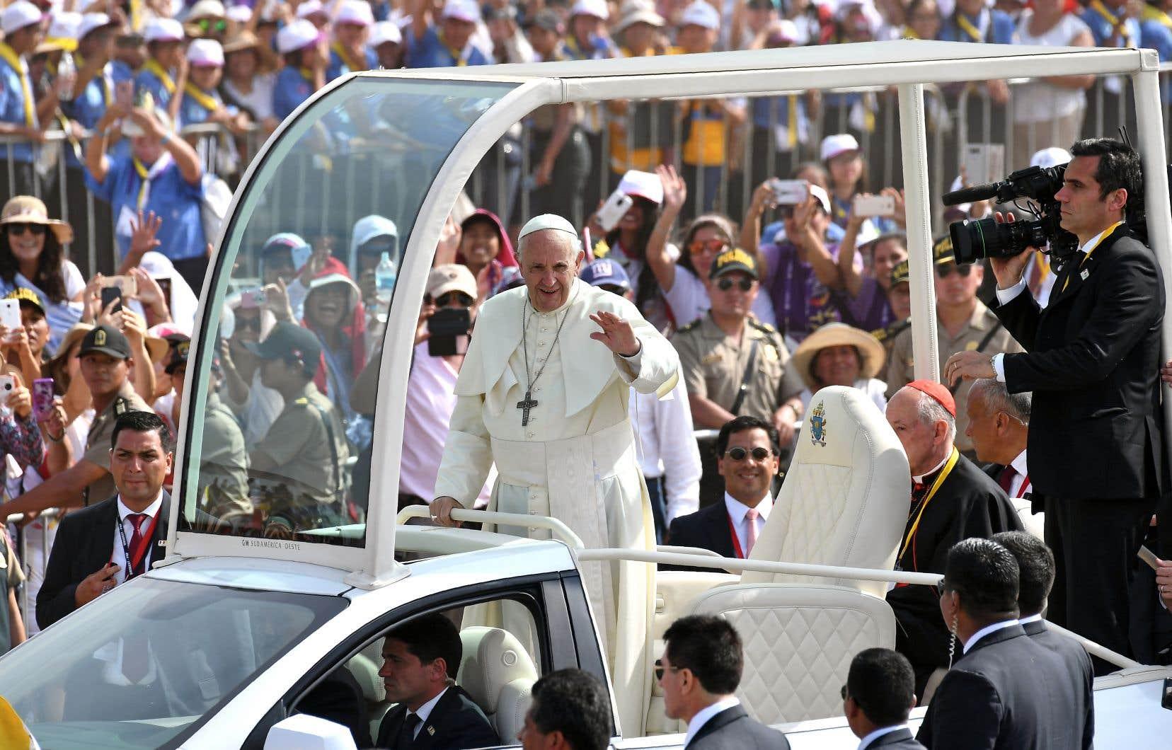 Le souverain pontife salue la foule qui se presse pour le voir parcourir les rues de Lima, au Pérou, dans sa papamobile, dimanche.