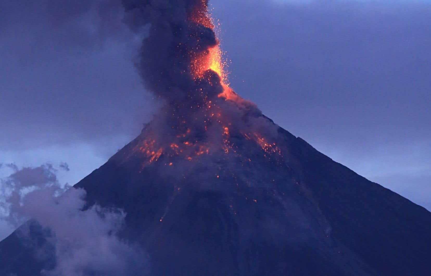 L'éruption spectaculaire, mais de plus en plus dangereuse, du mont Mayon a chassé plus de 74 000 villageois vers des abris d'urgence.