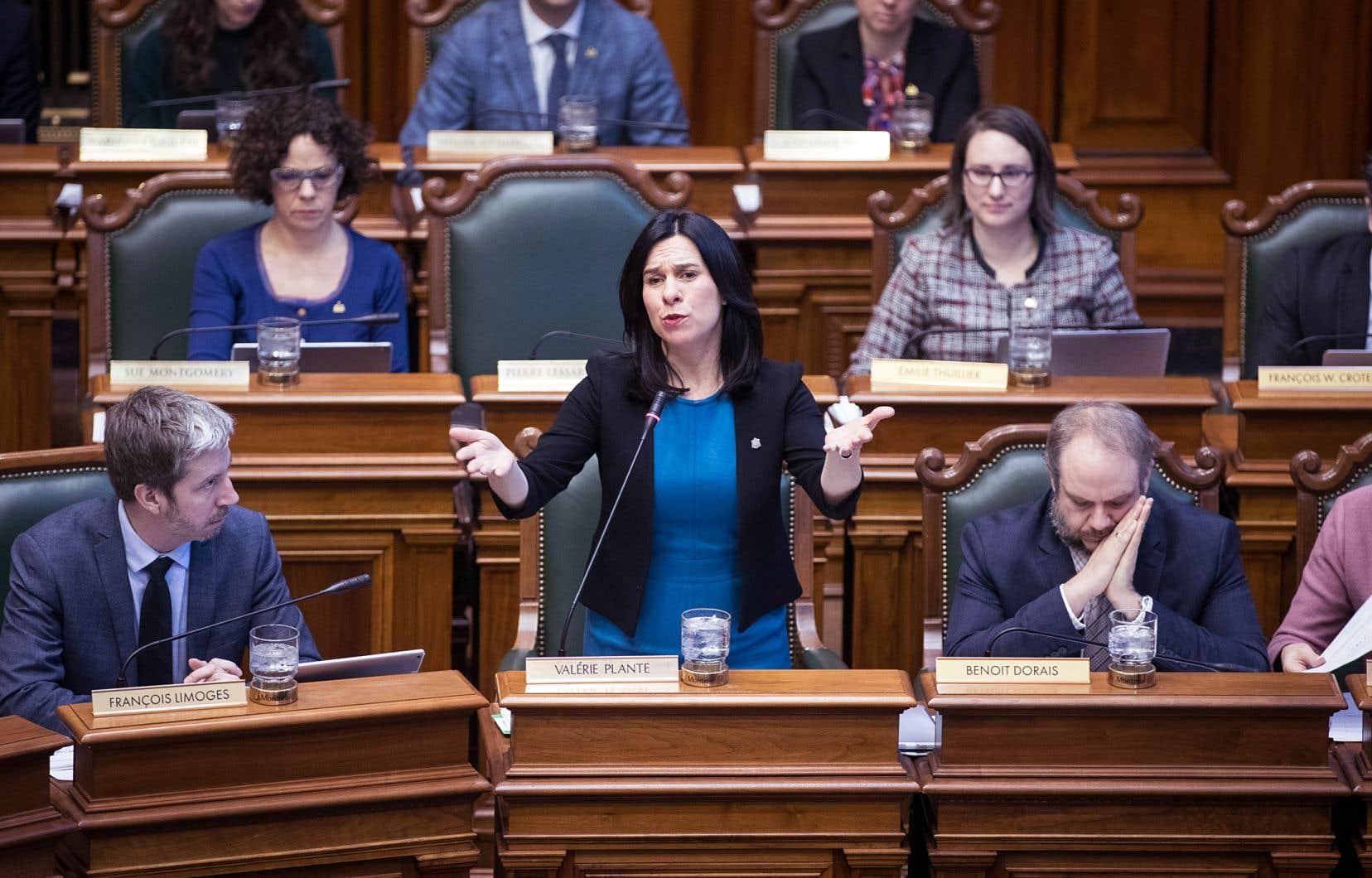 Aux côtés de Benoit Dorais, président du comité exécutif, la mairesse Valérie Plante a répliqué mercredi aux critiques adressées par le chef de l'opposition à l'Hôtel de Ville de Montréal, Lionel Perez.