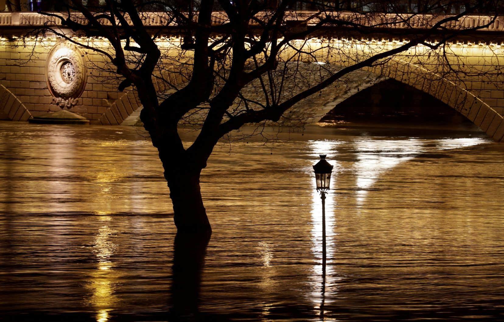 Jeudi matin, le niveau de la Seine atteignait 5,44 m au pont d'Austerlitz à Paris et les conséquences se faisaient déjà sentir.