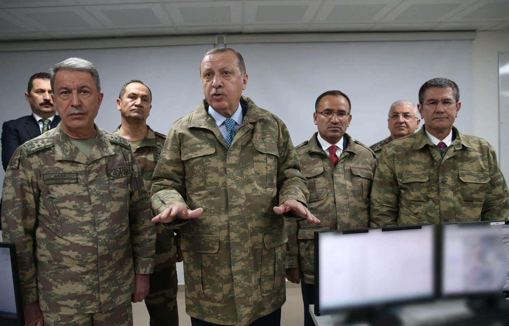 Lors de sa visite à la frontière, le président turc Recep Tayyip Erdogan s'est affiché en veste de camouflage militaire