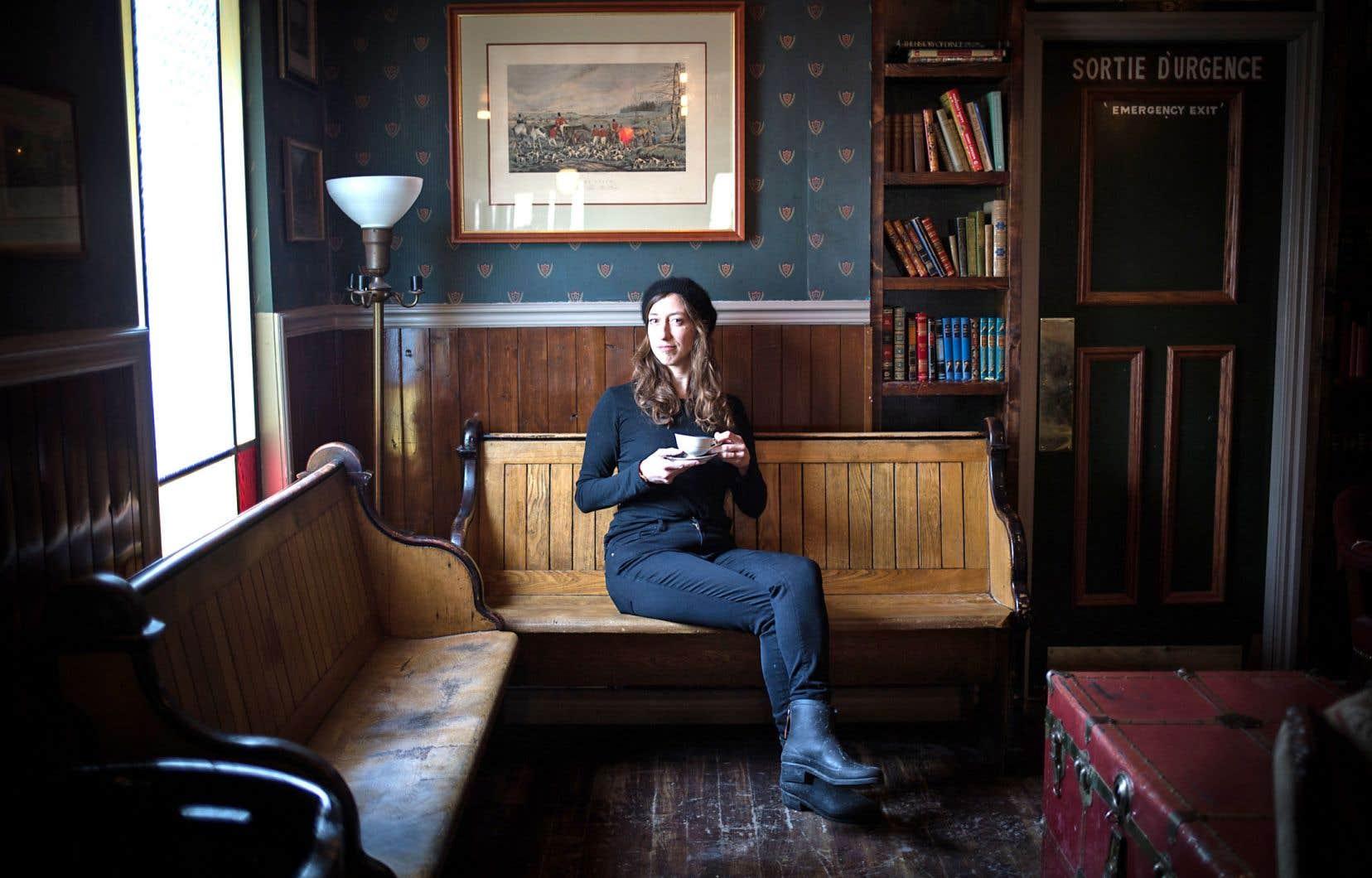 Un salon de thé au charme vieillot où Fanny Britt a ses habitudes: on ne saurait envisager décor plus approprié pour une rencontre avec cette amoureuse de culture britannique.