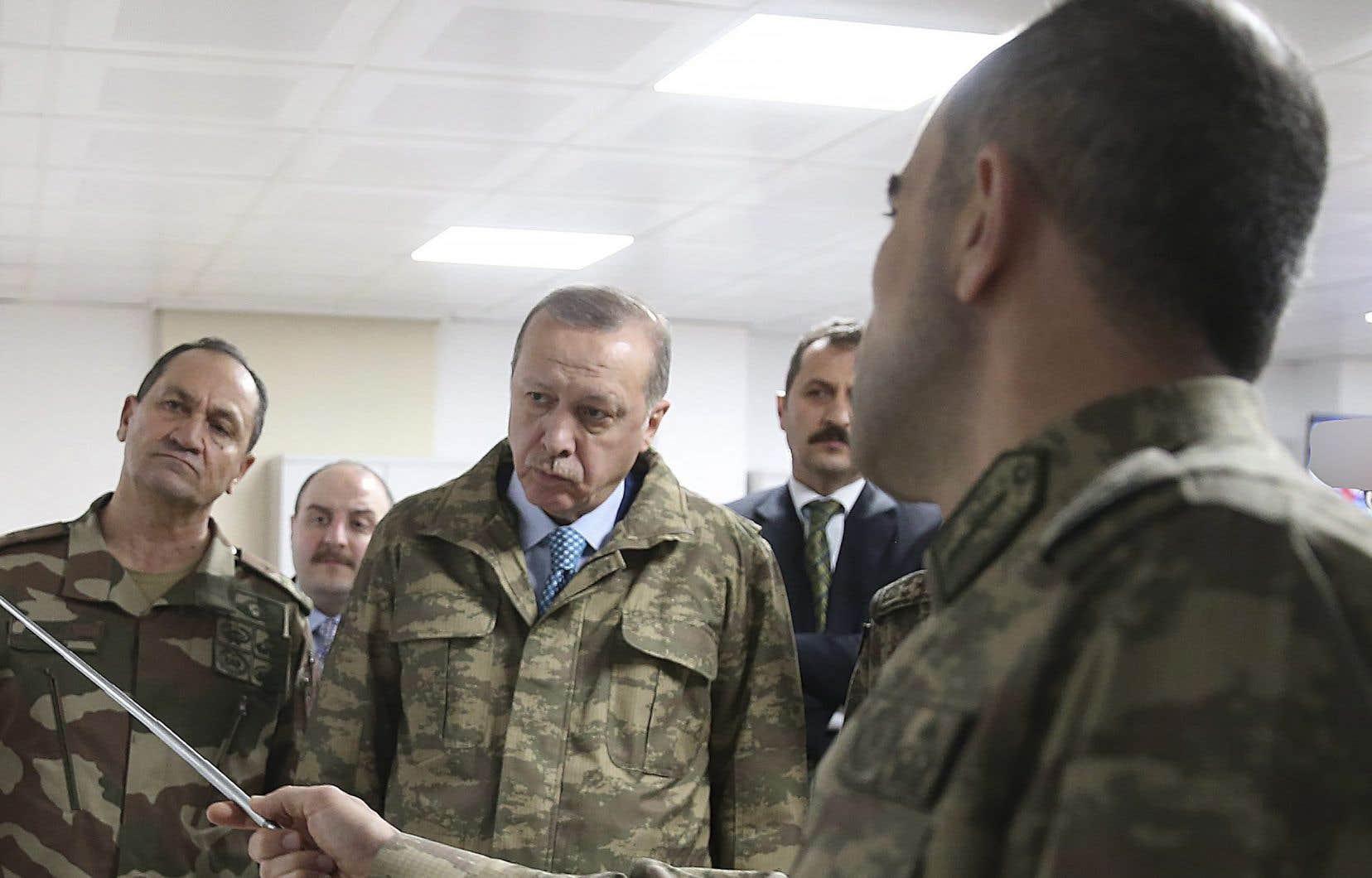 Le président turc, Recep Tayyip Erdogan,et son état-major, à proximité de la frontière syrienne