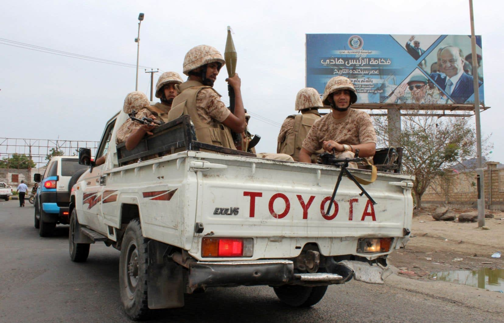 Des combattants du mouvement séparatiste du sud du Yémen sont assis à l'arrière d'une camionnette à Aden, dimanche, lors d'affrontements contre les forces loyalistes.
