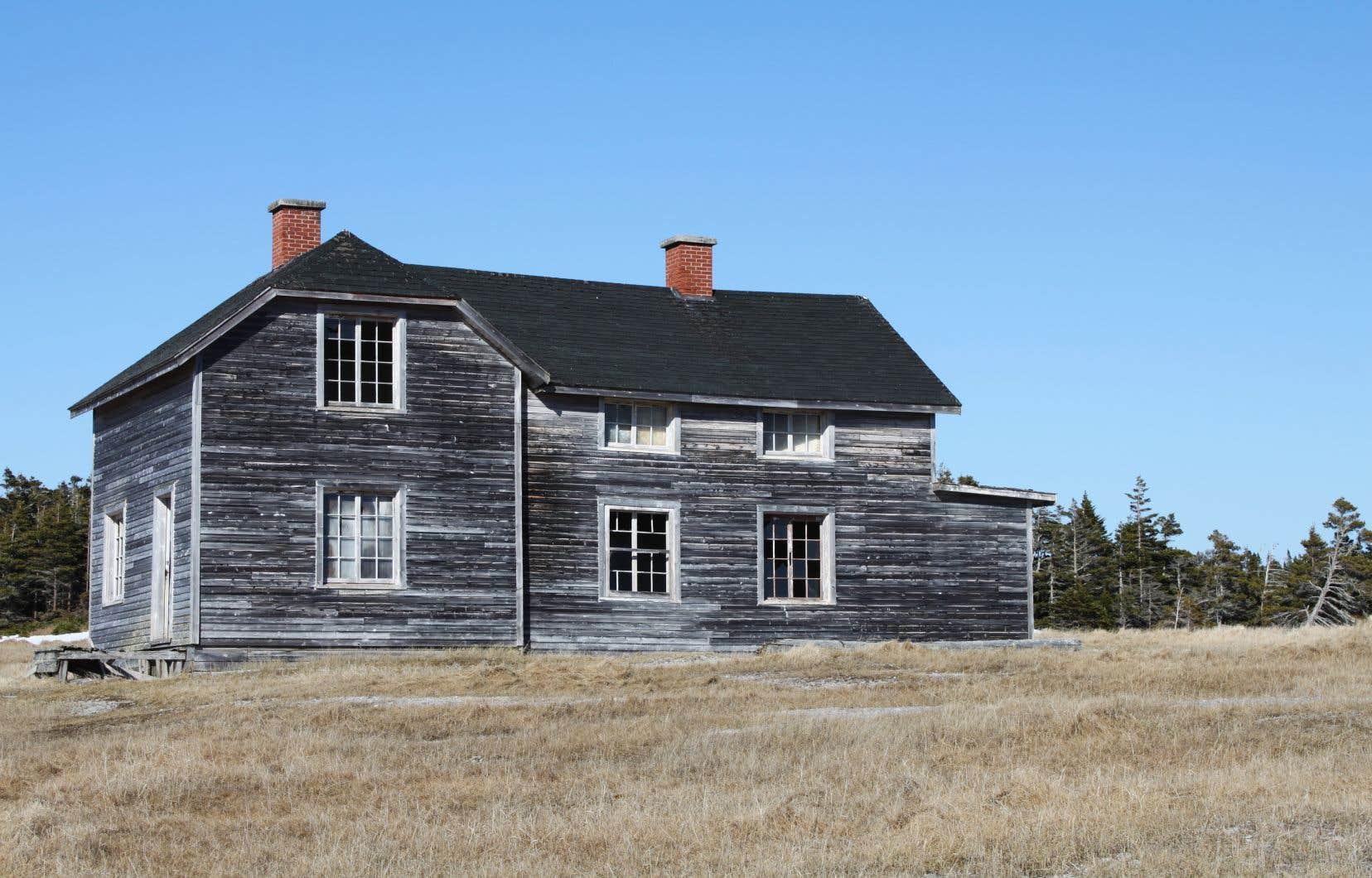 En plus de ses richesses géologiques, l'île d'Anticosti compte un ancien village, Baie-Sainte-Claire, dont certains éléments sont classés au patrimoine du Québec.