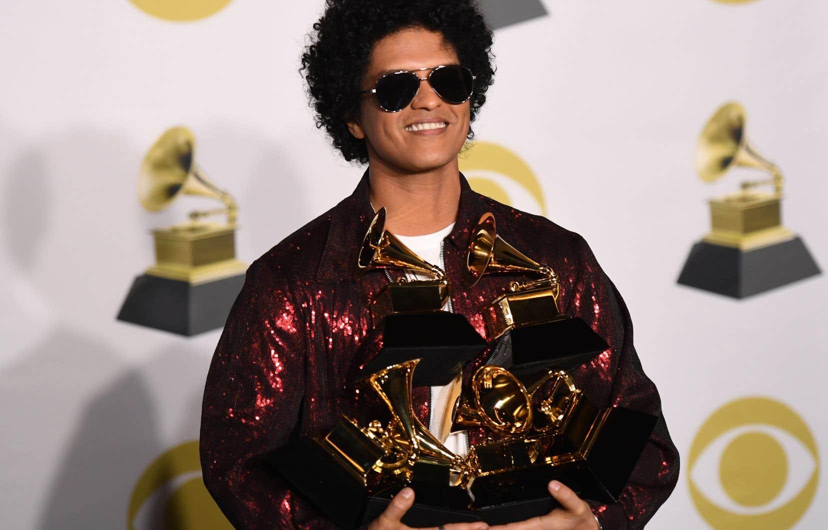 Le chanteur américain Bruno Mars a récolté trois des quatre trophées majeurs de la cérémonie des Grammy Awards à New York.