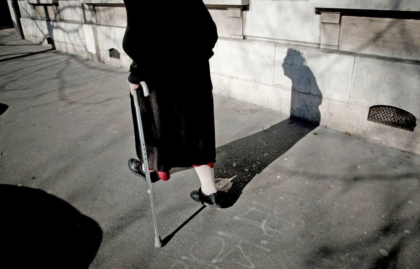 La capacité des personnes âgées à se déplacer seules en marchant est compromise par l'aménagement actuel des villes.