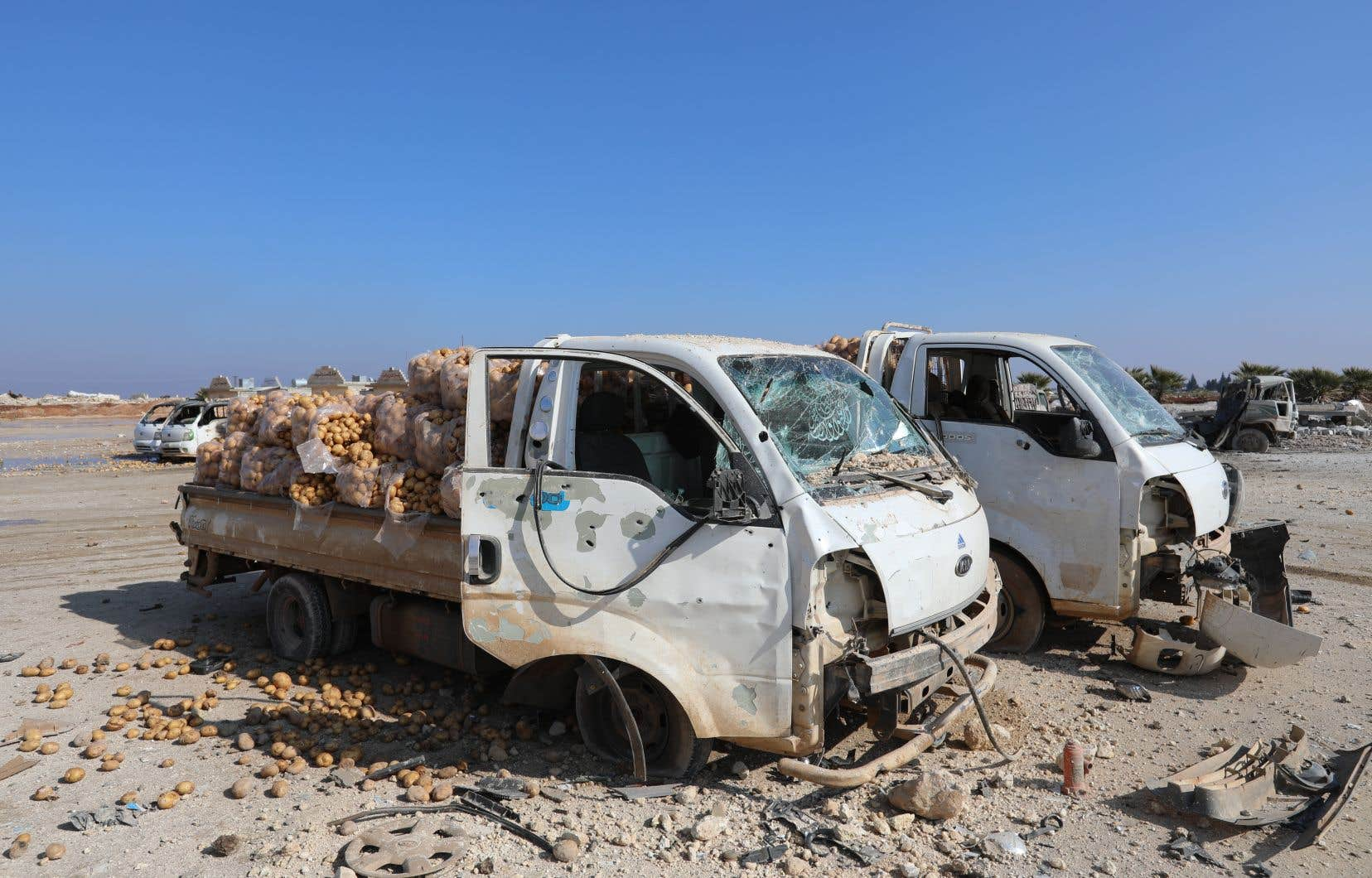 Des camionnettes chargéees de sacs de pommes de terre sont abandonnées à Saraqeb, dans la province d'Idleb, à la suite de frappes aériennes des forces gouvernementales, lundi.
