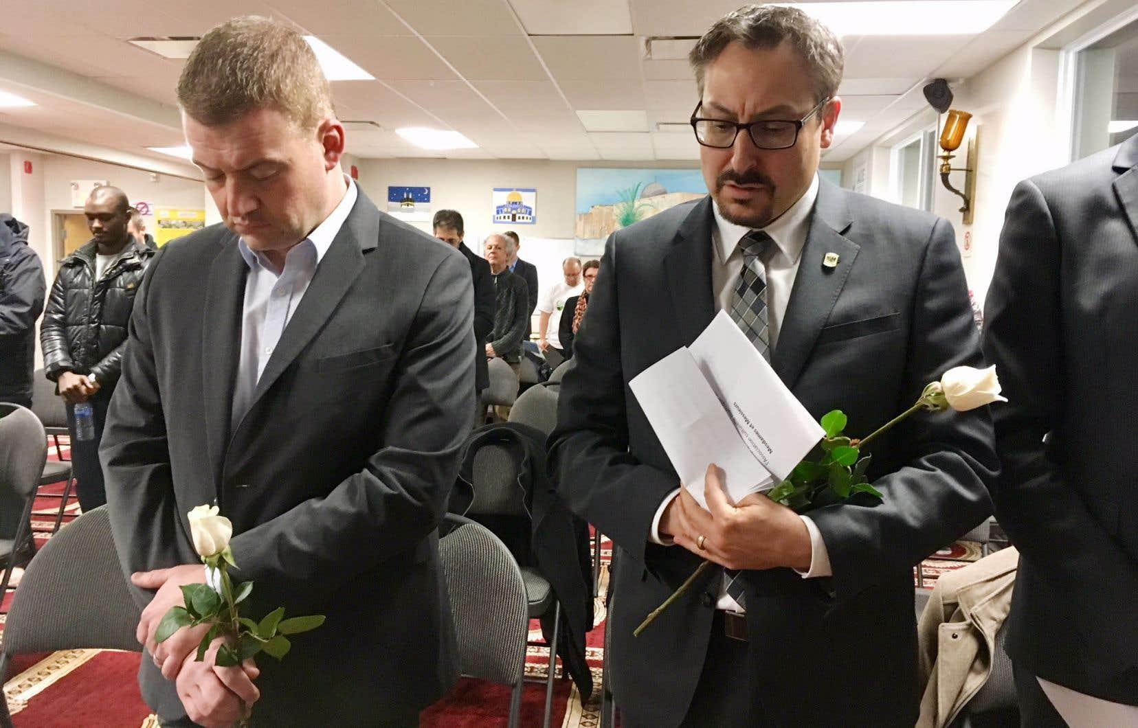 Le ministre Luc Fortin et le maire Steve Lussier se sont rendus à la soirée commémorative de la mosquée A'Rahmane, à Sherbrooke.