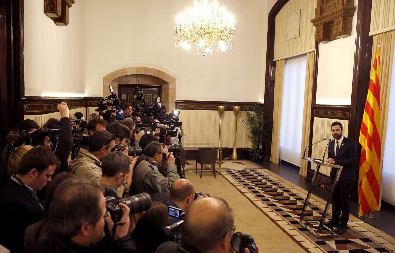Le président indépendantiste du Parlement Roger Torrent a préféré temporiser et repousser la séance, tout en assurant qu'il voulait permettre que la session se tienne avec «toutes les garanties».