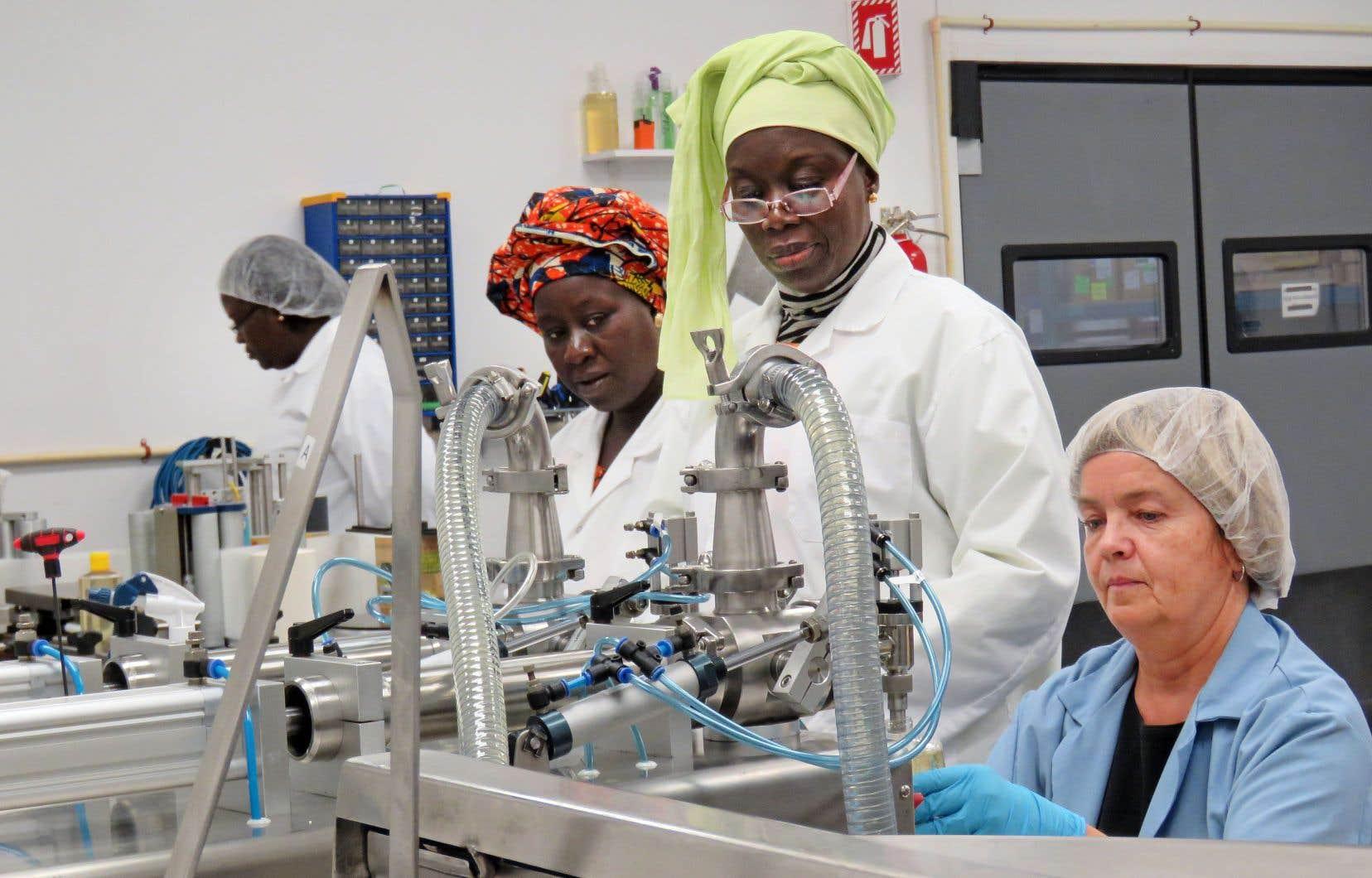 La savonnerie représente une activité très importante pour ces Sénégalaises, qui produisent des pains de savon vendus localement.