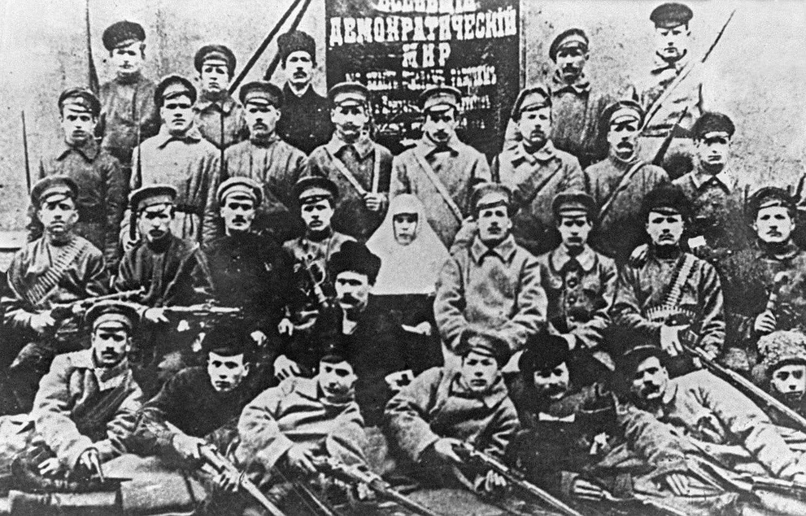 Petrograd, novembre 1917. Les combattants bolcheviques, premier détachement de l'Armée rouge, posent pour la postérité.
