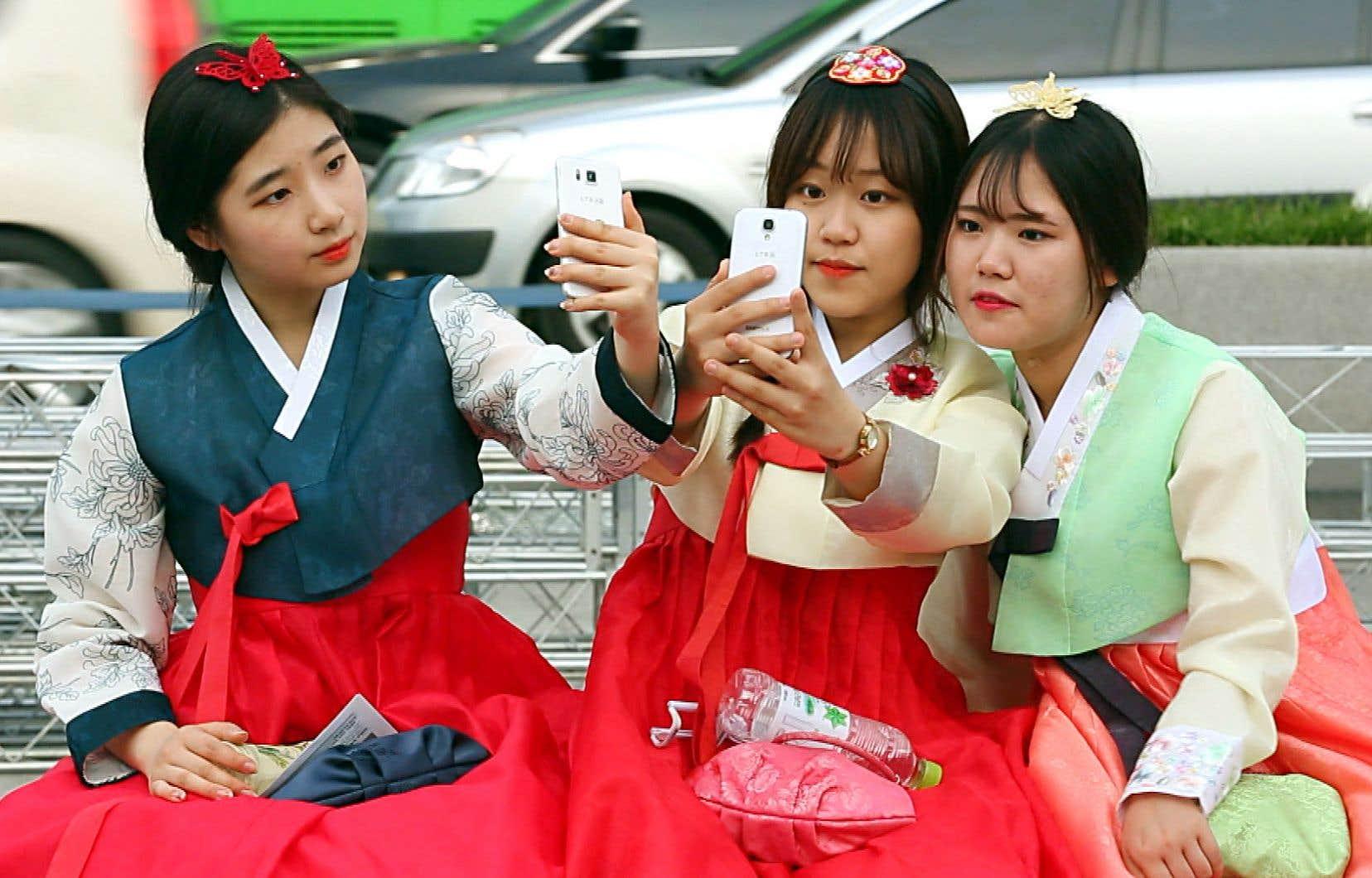 Ce documentaire produit pour la chaîne française M6 explore quelques-unes de ces particularités sociales de la Corée du Sud contemporaine.