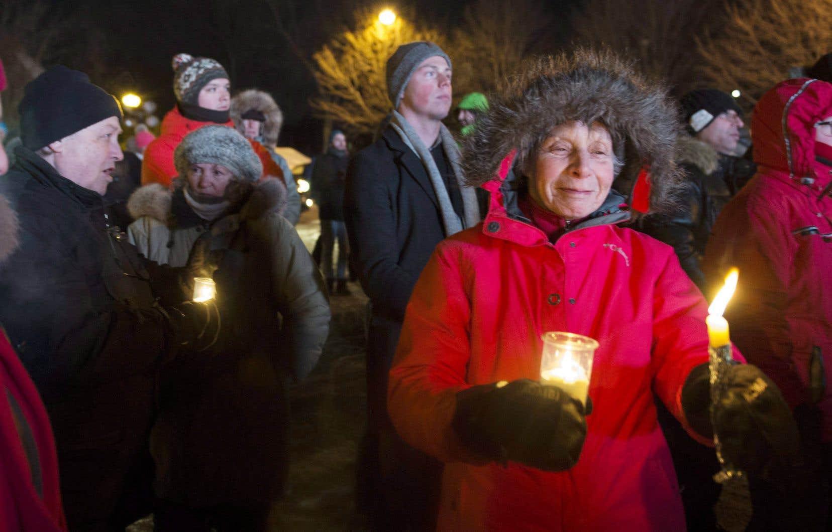 Des centaines de personnes se sont rassemblées à Québec lundi soir pour rendre hommage aux victimes de l'attentat de la grande mosquée de Québec, perpétré le 29janvier 2017.