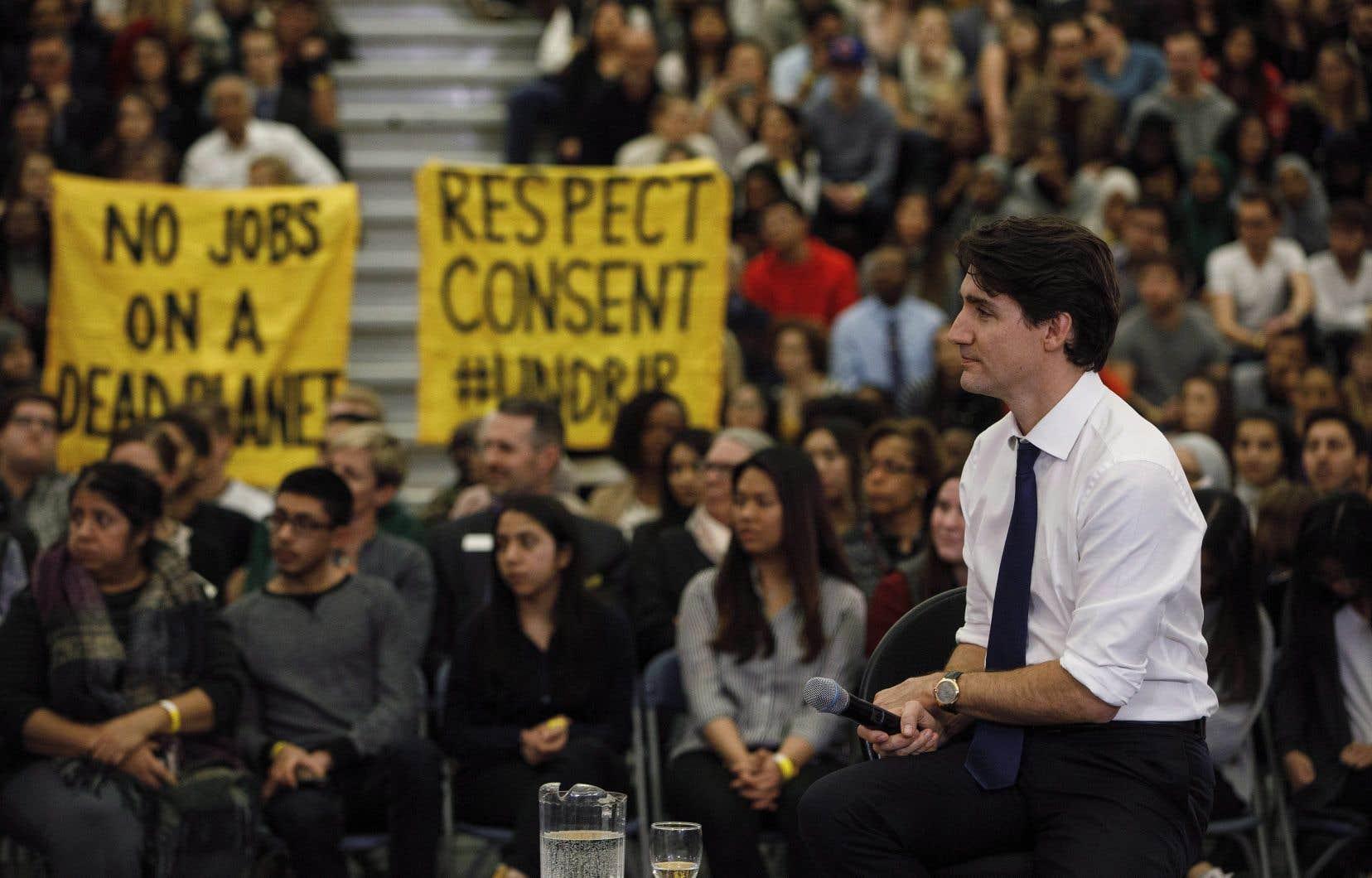 Le premier ministre Trudeau a fait face à un mélange d'applaudissements et de huées à son arrivée.