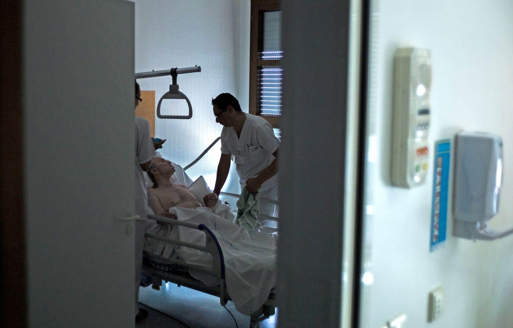 Les heures supplémentaires obligatoires et la surcharge de travail sont monnaie courante pour les infirmières.