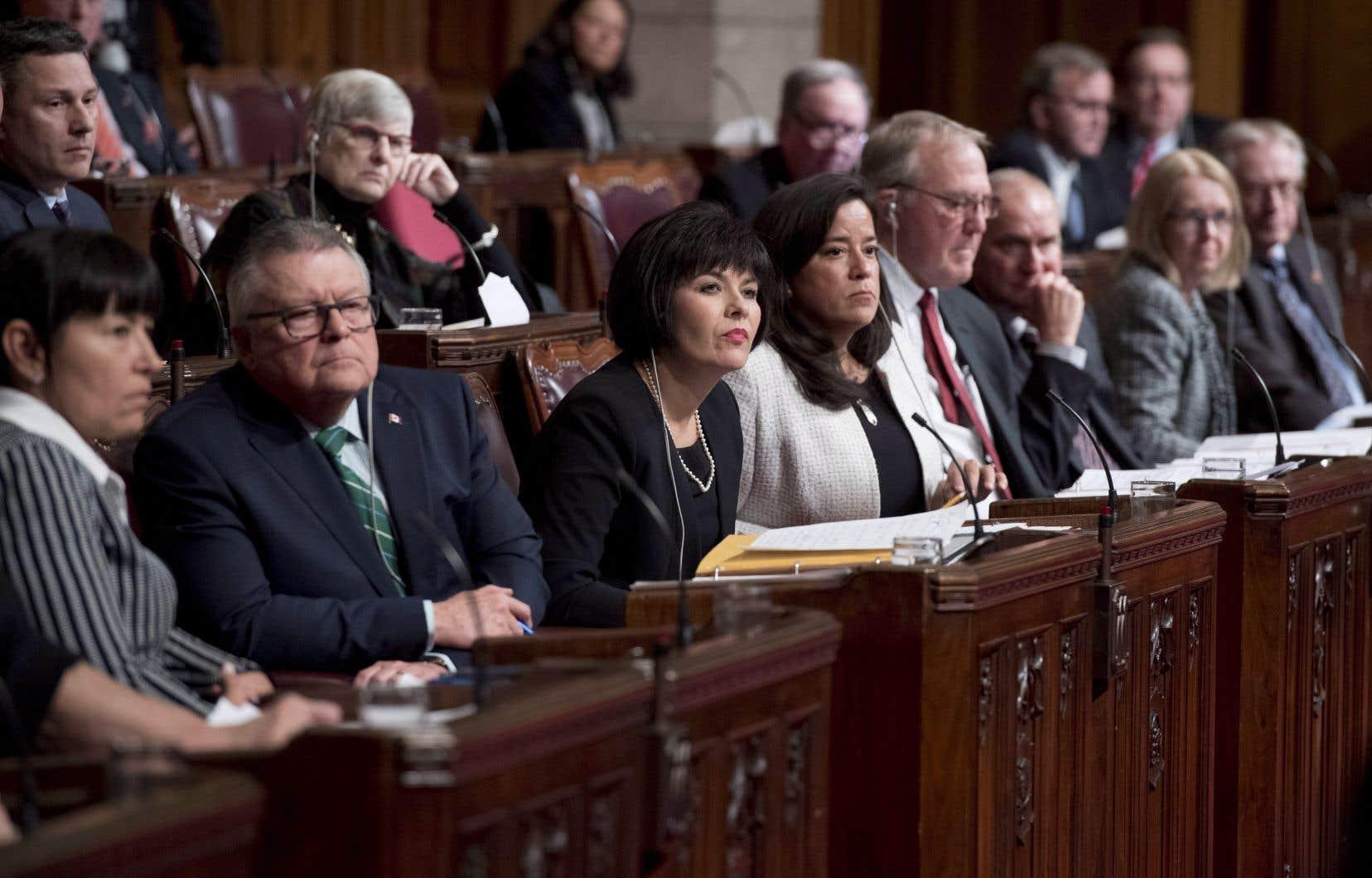 La ministre Ginette Petitpas Taylor (au centre) et ses collègues de la Justice et de la Sécurité publique ont participé à une séance plénière au Sénat, mardi.