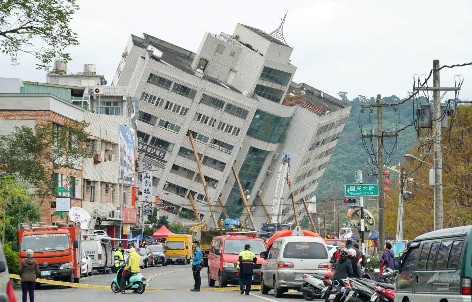 <p>Un complexe résidentielpenchait dangereusement et c'est là que les secouristes ont longtemps concentré leurs efforts.</p>