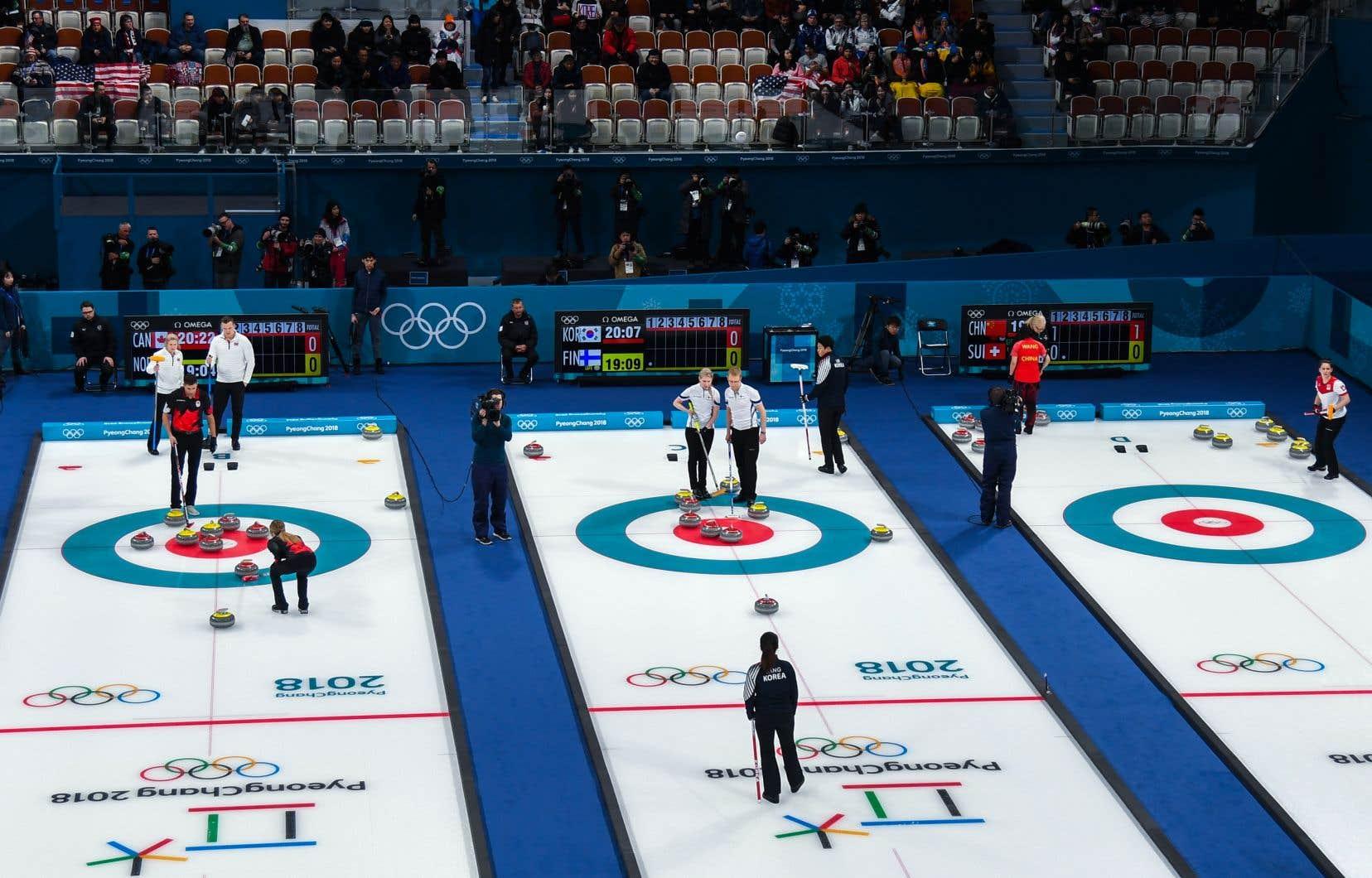 Les coups d'envoi de quatre rencontres de curling double mixte ont été donnés jeudi matin au Centre de curling de Gangneung, la ville côtière qui accueille les épreuves de glace des Jeux.