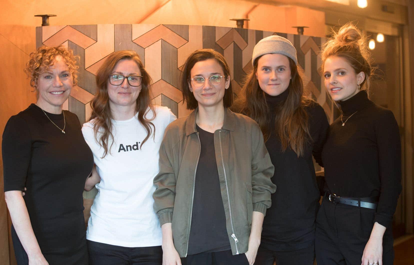 Les actrices Macha Limonchik et Sarah-Jeanne Labrosse entourent le trio de tête de «Féminin/Féminin» (de gauche à droite) : la productrice Carolyne Boucher et les idéatrices Chloé Robichaud et Florence Gagnon.
