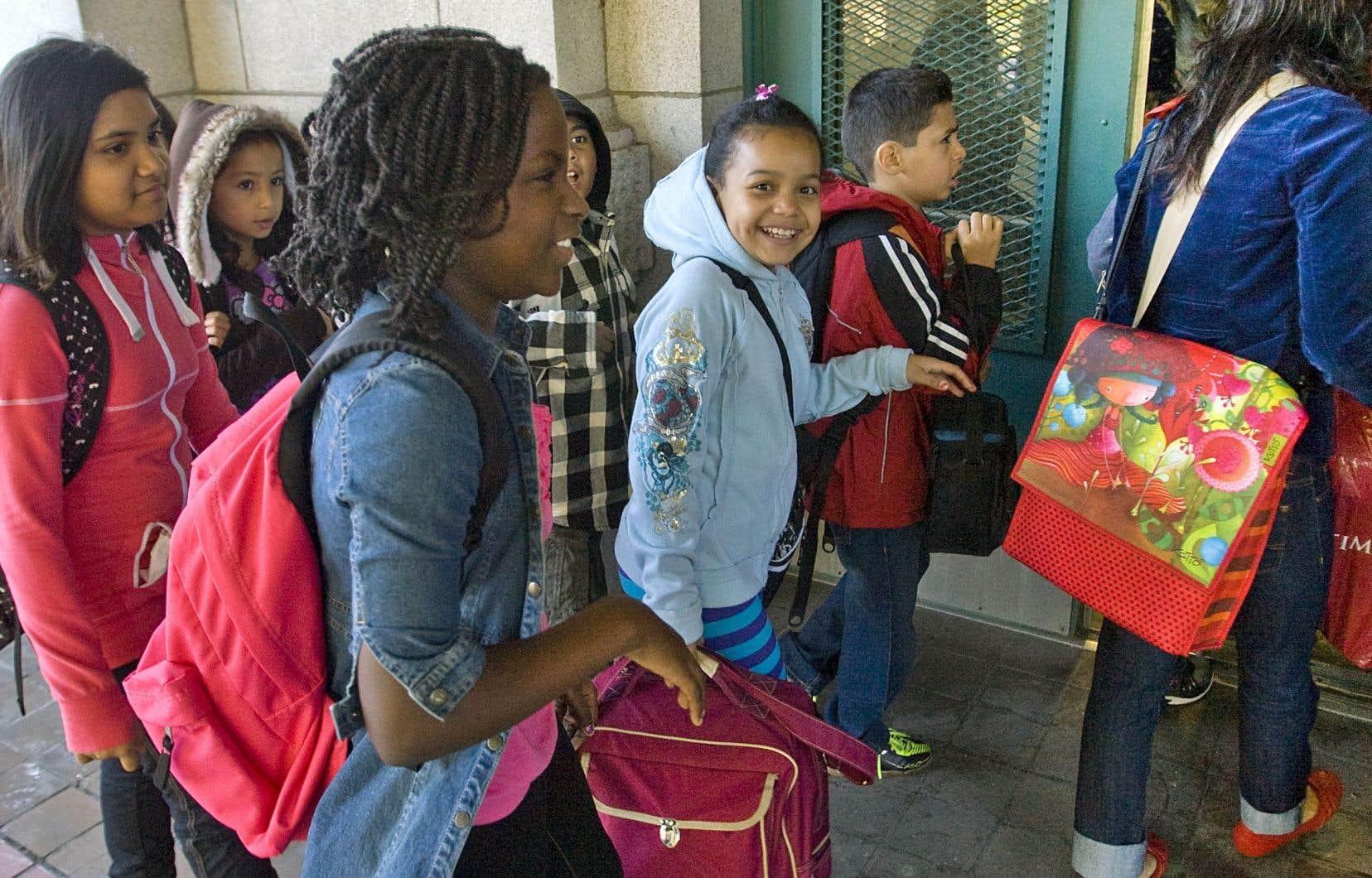 La CAQ propose de transformer les commissions scolaires «en centres de services aux écoles, des organisations qui auront pour mission de soutenir les écoles plutôt que de les diriger à distance», rappelle l'auteur.