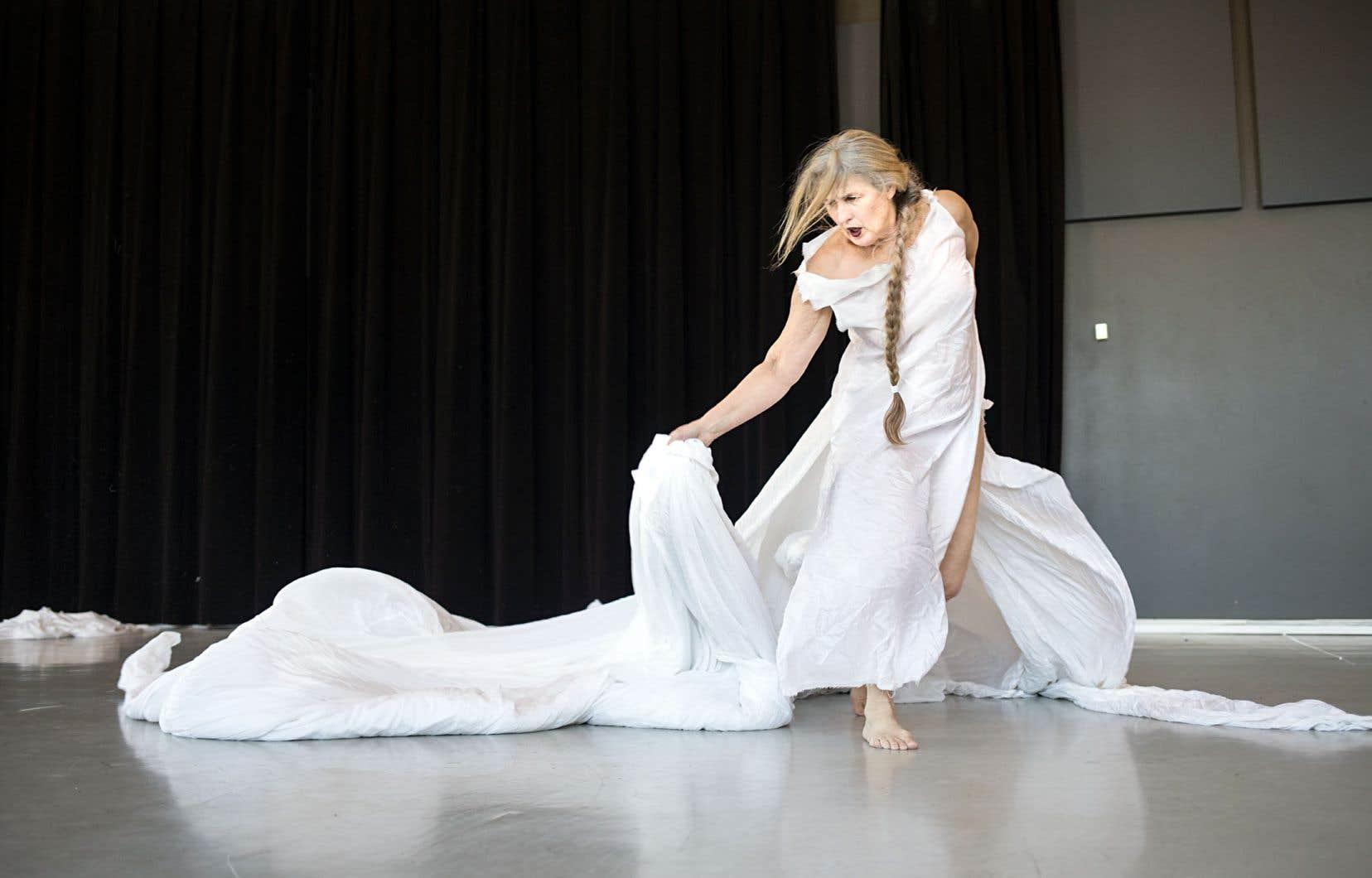 La danseuse étoile porte une vision que ne renieraient pas les penseuses ancestrales. Celle d'une puissance féminine, d'un pouvoir matriarcal à recouvrer, de liens entre la nature, le corps, le physique, la physique, le spirituel, la vision créatrice, la guérison, et le changement, peut-être plus nécessaire, pour l'avenir de la planète, aujourd'hui que jamais.