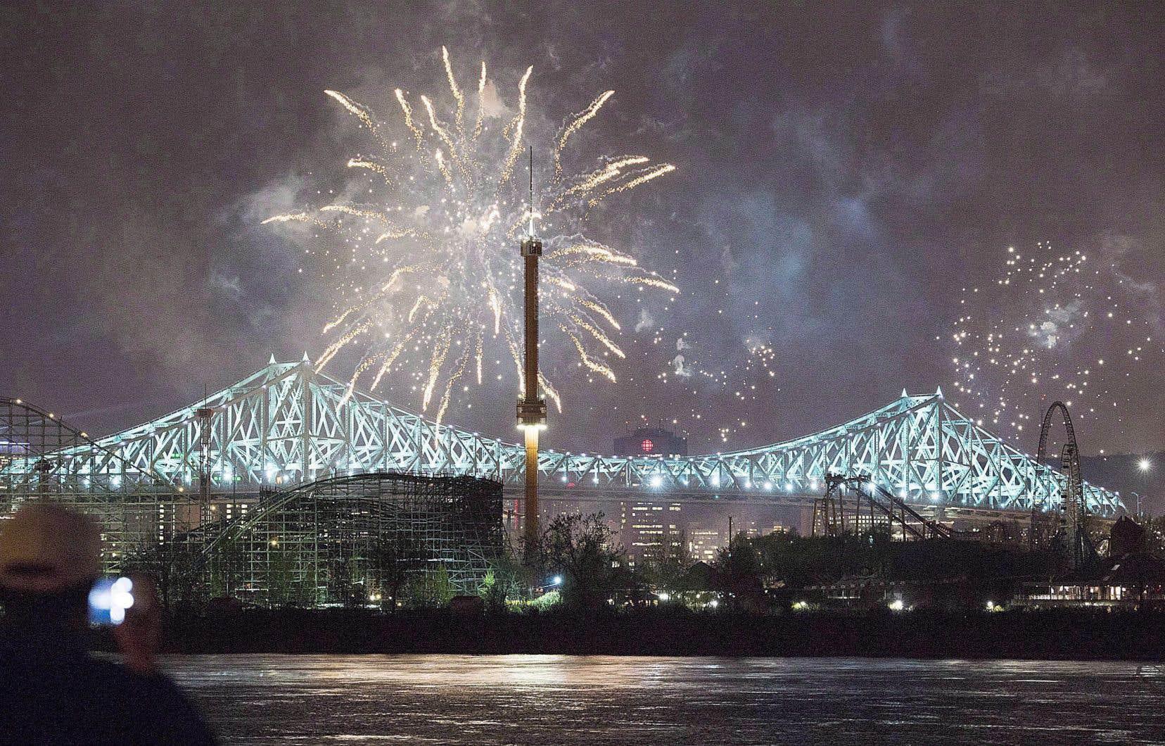 Le pont Jacques-Cartier illuminé lors des feux d'artifice du 17 mai, l'an dernier, à l'occasion des célébrations du 375e anniversaire de Montréal.