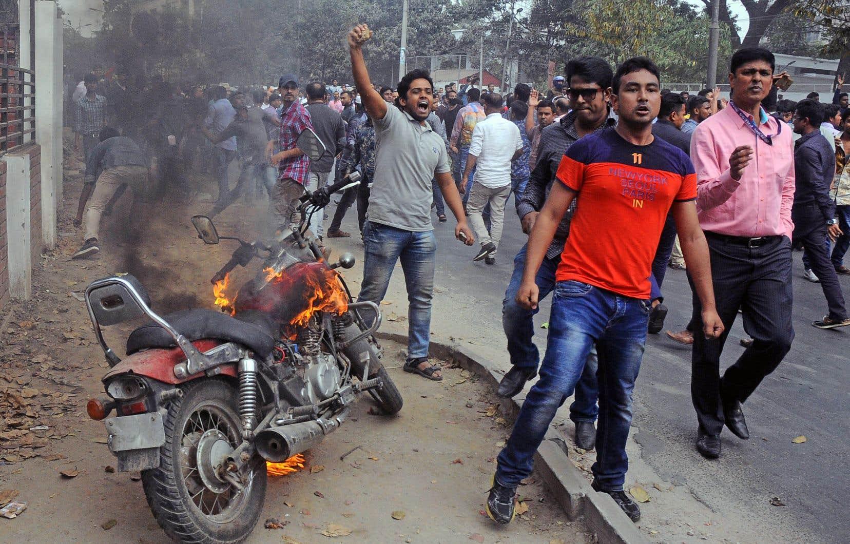 Des partisans du Parti nationaliste du Bangladesh ont manifesté leur mécontentement par rapport au verdict, à Dacca.