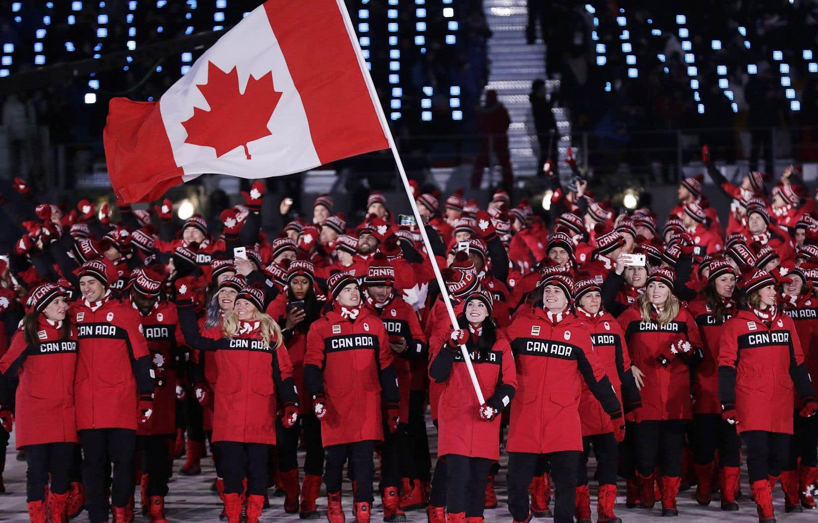 <p>Les athlètes canadiens ont salué la foule, pris des égoportraits et dansé au son de la musique.</p>